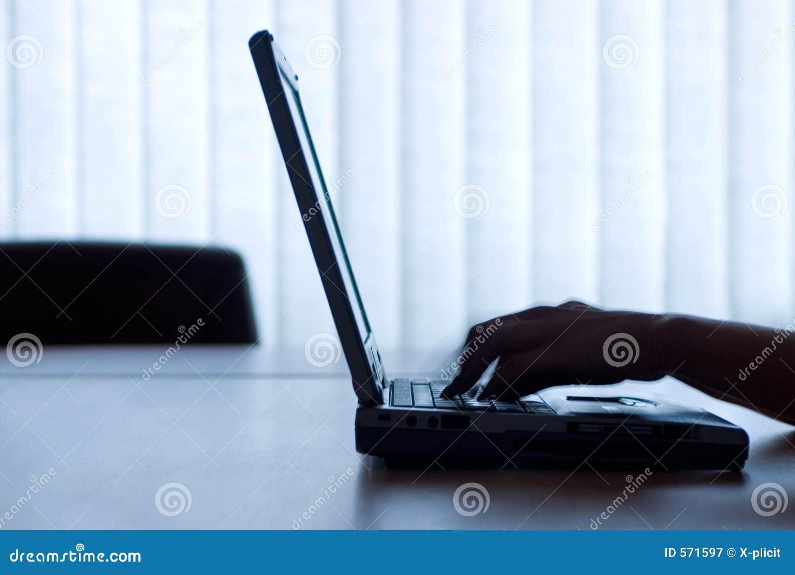 Computadora portátil y manos