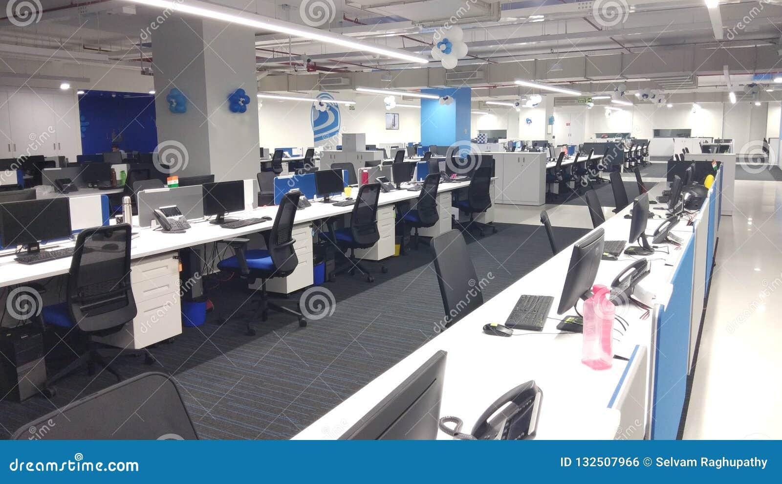 Computadores e telefones na estação de trabalho uma empresa da tecnologia da informação