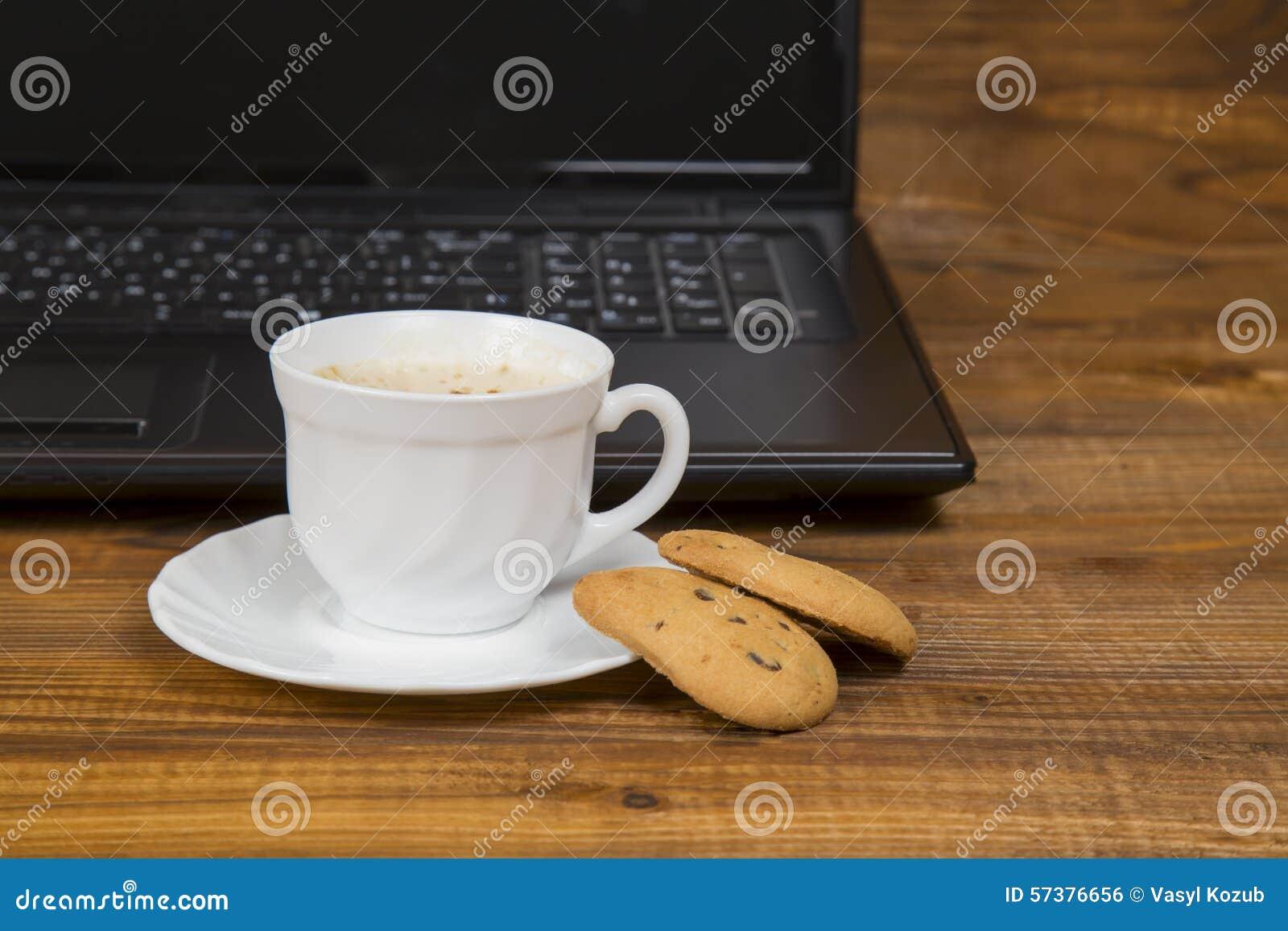 Computer een kop koffie en koekjes