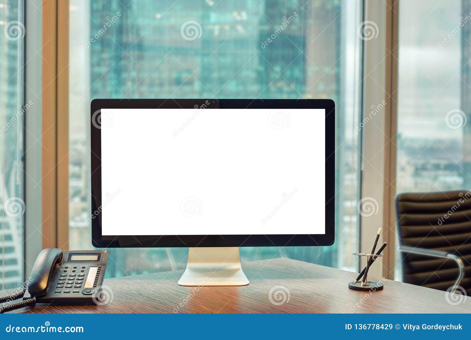 Computer met het lege binnen scherm en telefoon op de werkende plaats