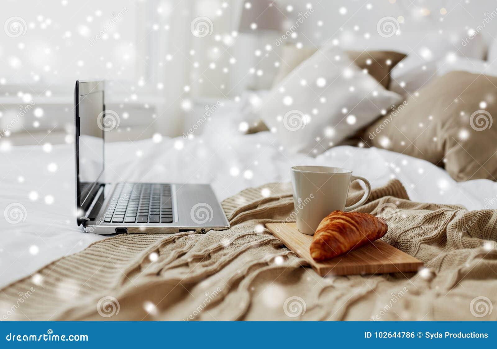 Computer portatile caff e croissant sul letto a casa - Casa accogliente ...