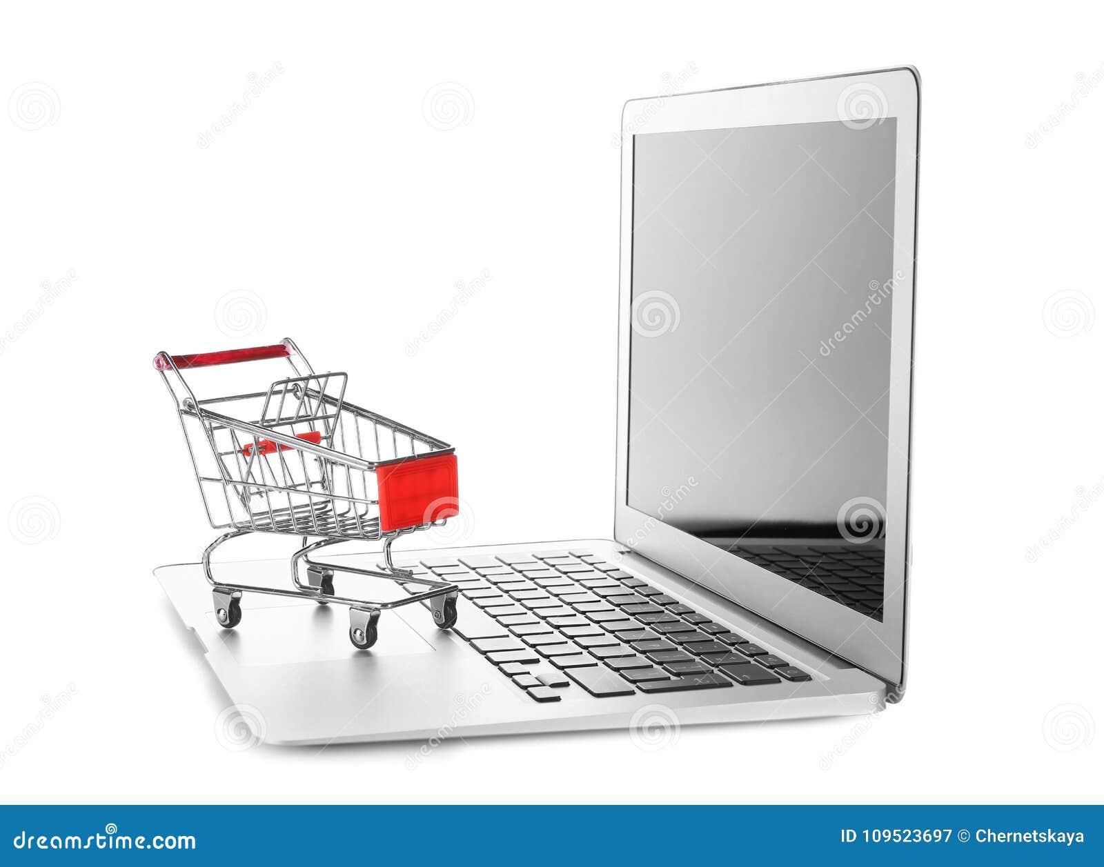 a9424264e43c90 Computer portatile e piccolo carretto su fondo bianco Concetto di acquisto  del Internet
