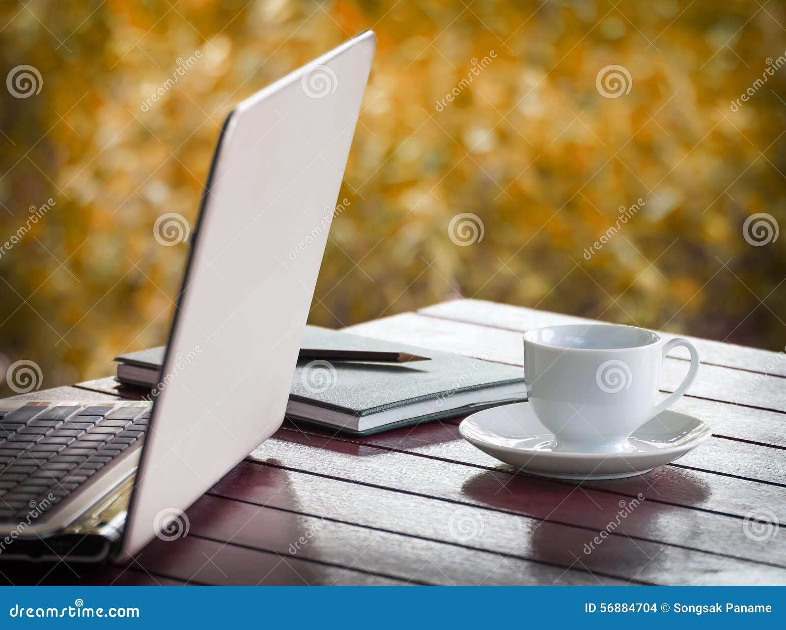 Computer portatile e tazza di caffè sullo scrittorio