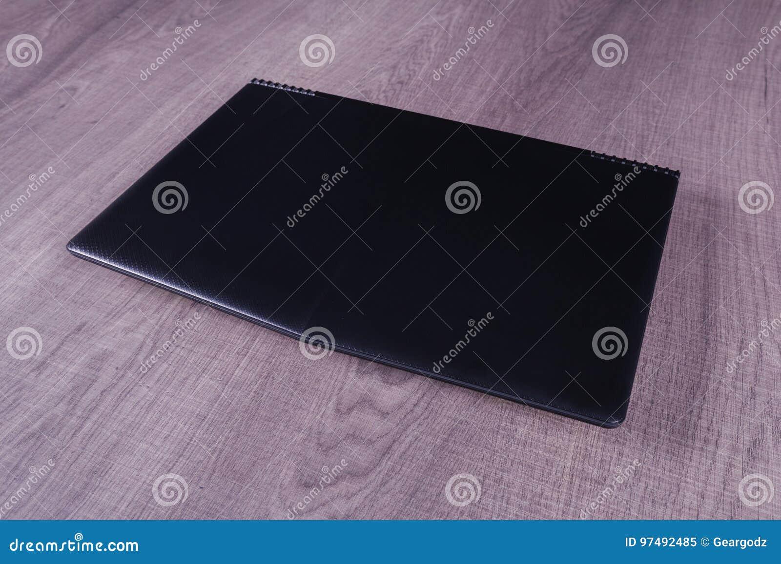 Computer portatile su fondo di legno