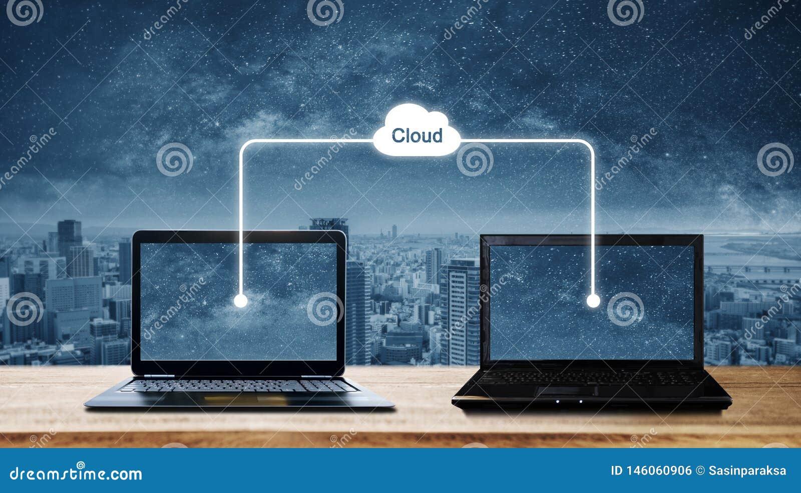 Computer portatili del computer che dividono i dati con la computazione di stoccaggio della nuvola Computazione della nuvola e co