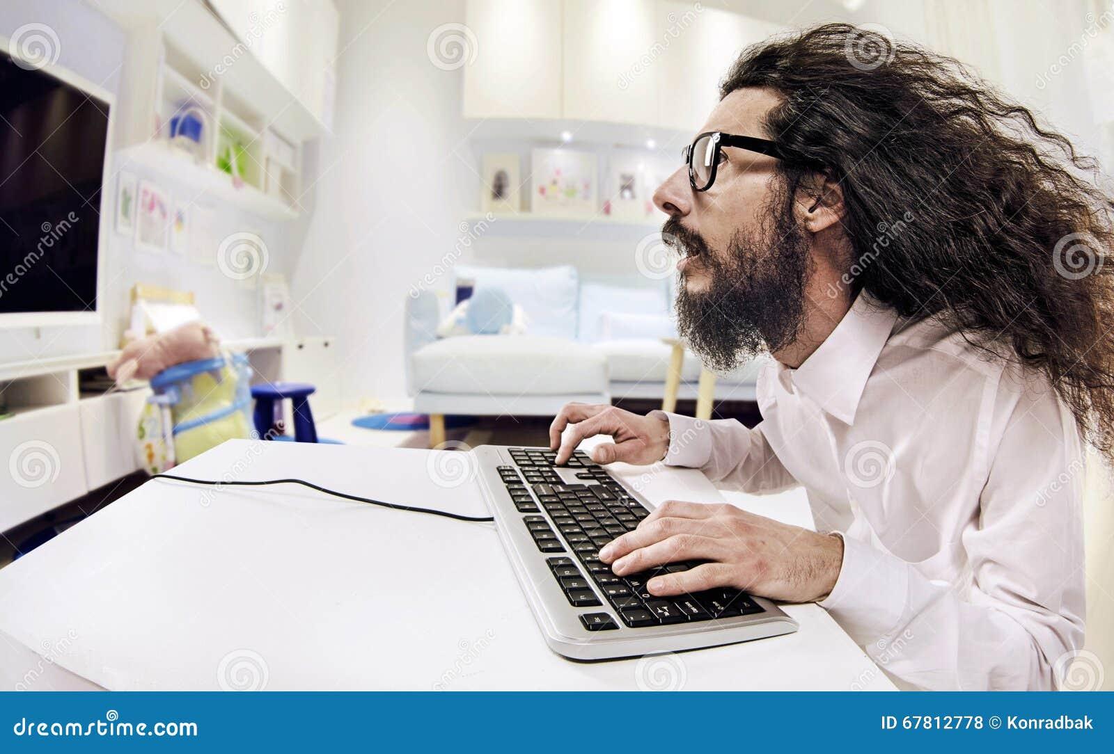 Computer Scientis Die In Einem Hellen Buro Arbeiten Stockfoto