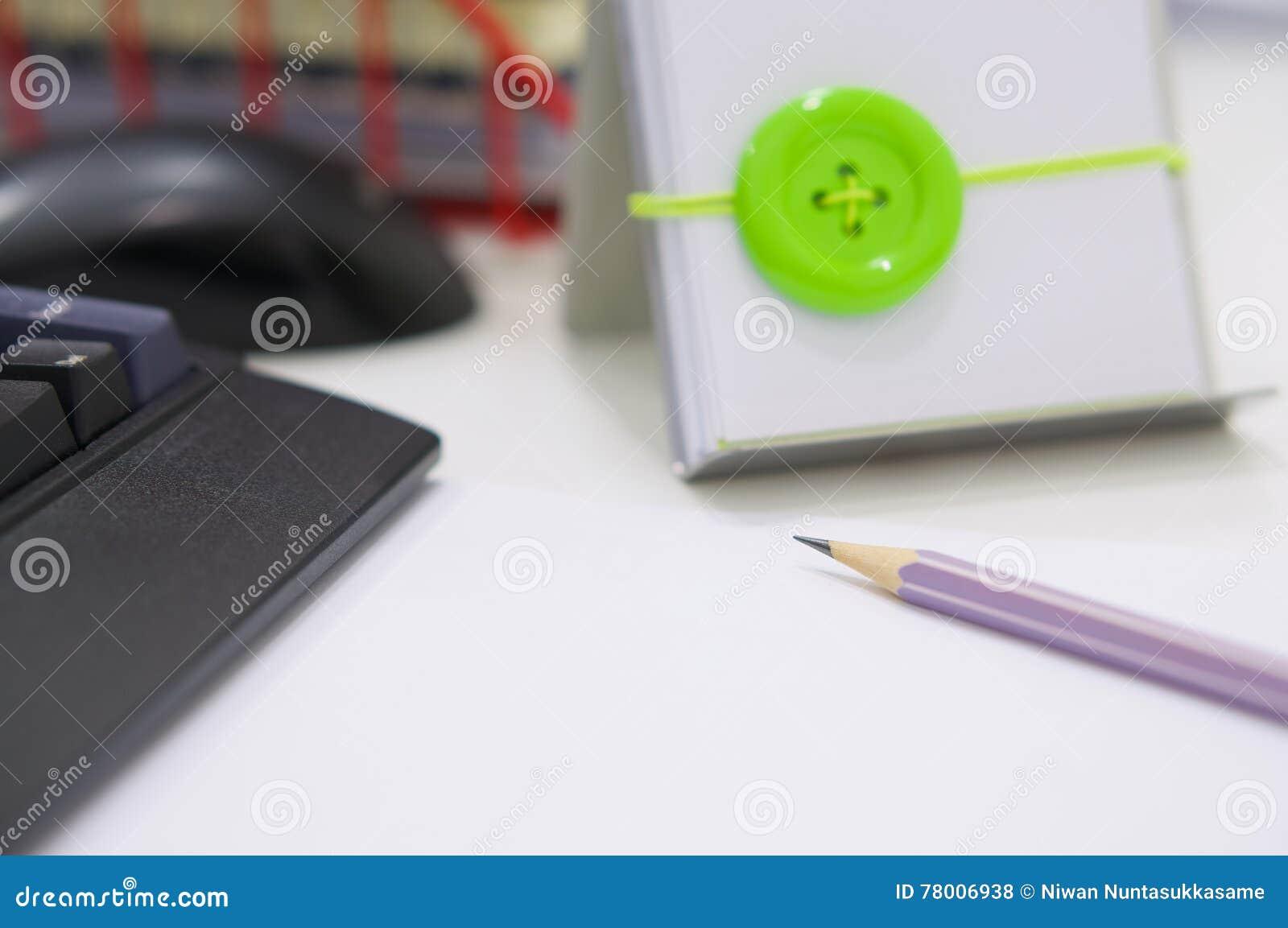 Computer und Büroartikel auf weißer Tabelle