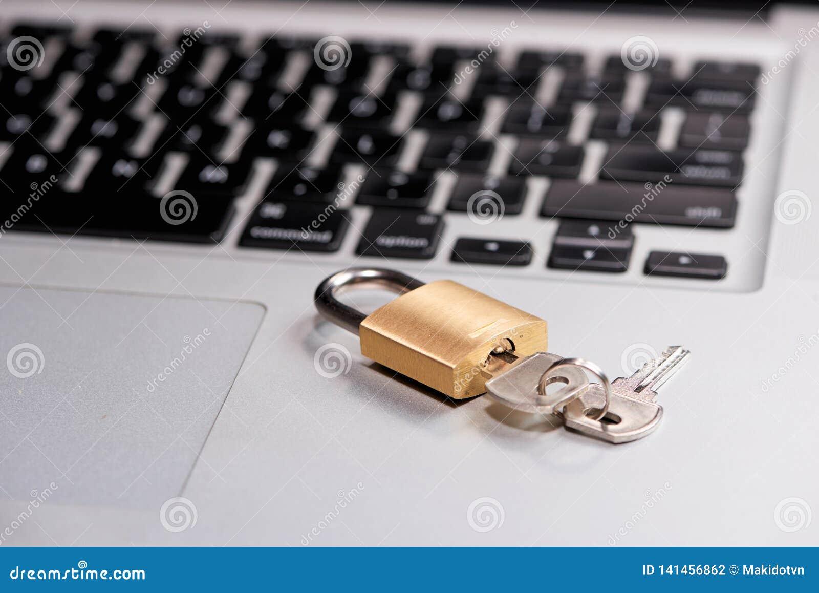 Computerbeveiliging en gegevensbeschermingconcept Laptop met een gesloten slot en sleutel op het