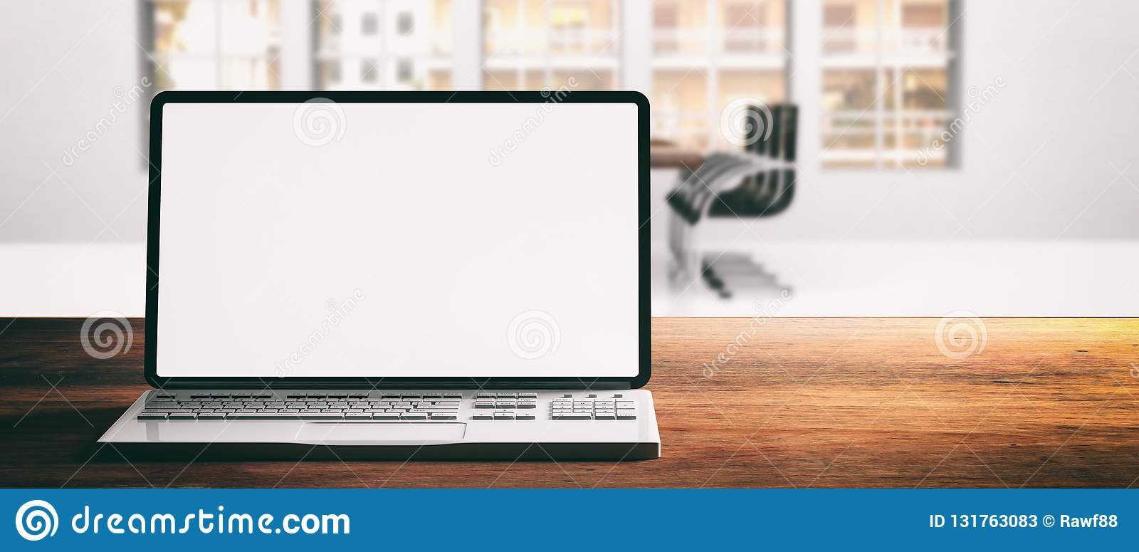 Computerlaptop mit leerem Bildschirm, auf einem hölzernen Schreibtisch, Unschärfebürohintergrund, Fahne