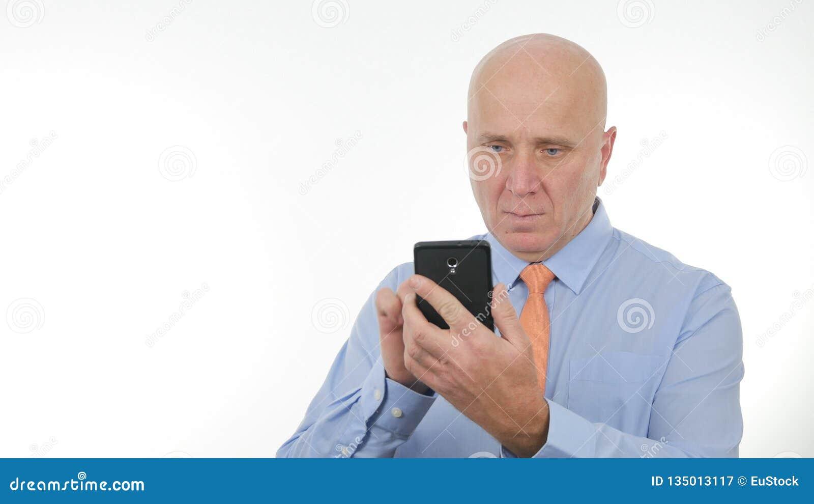 Comunicación inalámbrica de Text Using Cellphone del hombre de negocios confiado
