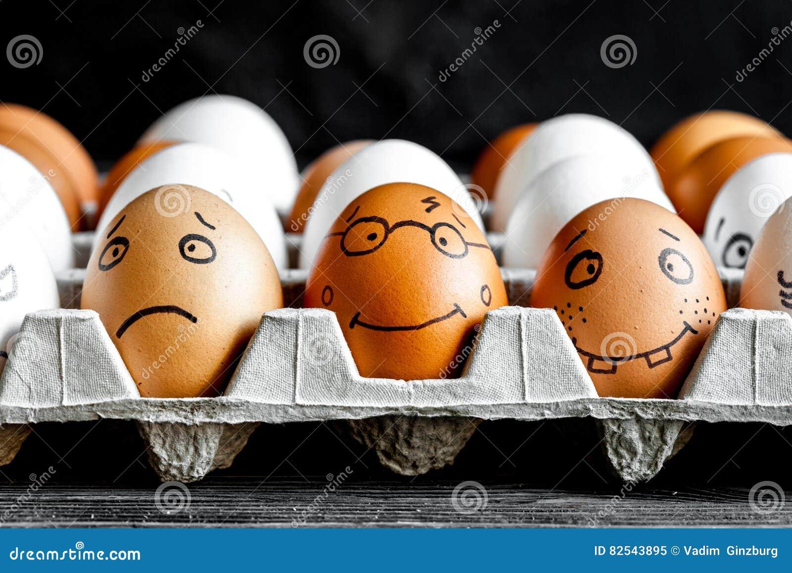 Comunicación y emociones sociales de las redes del concepto - los huevos sonríen