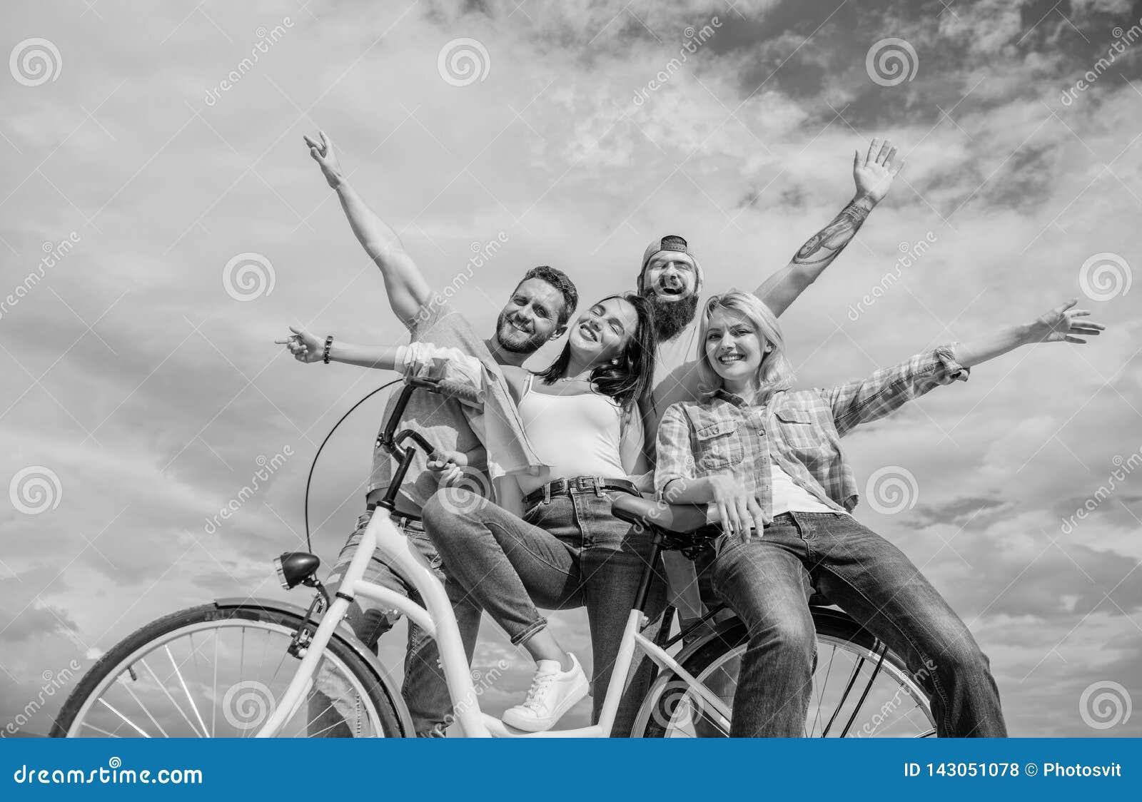 Comutação urbana da liberdade Bicicleta como parte da vida Modernidade do ciclismo e cultura nacional Os amigos do grupo penduram