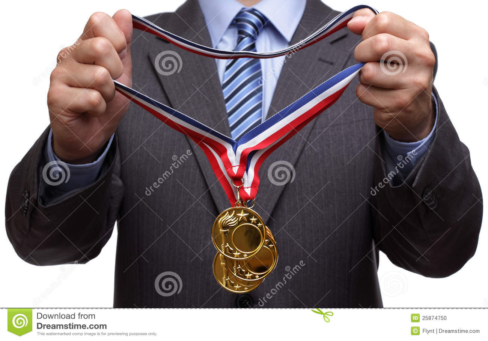 Concedendo a medalha de ouro