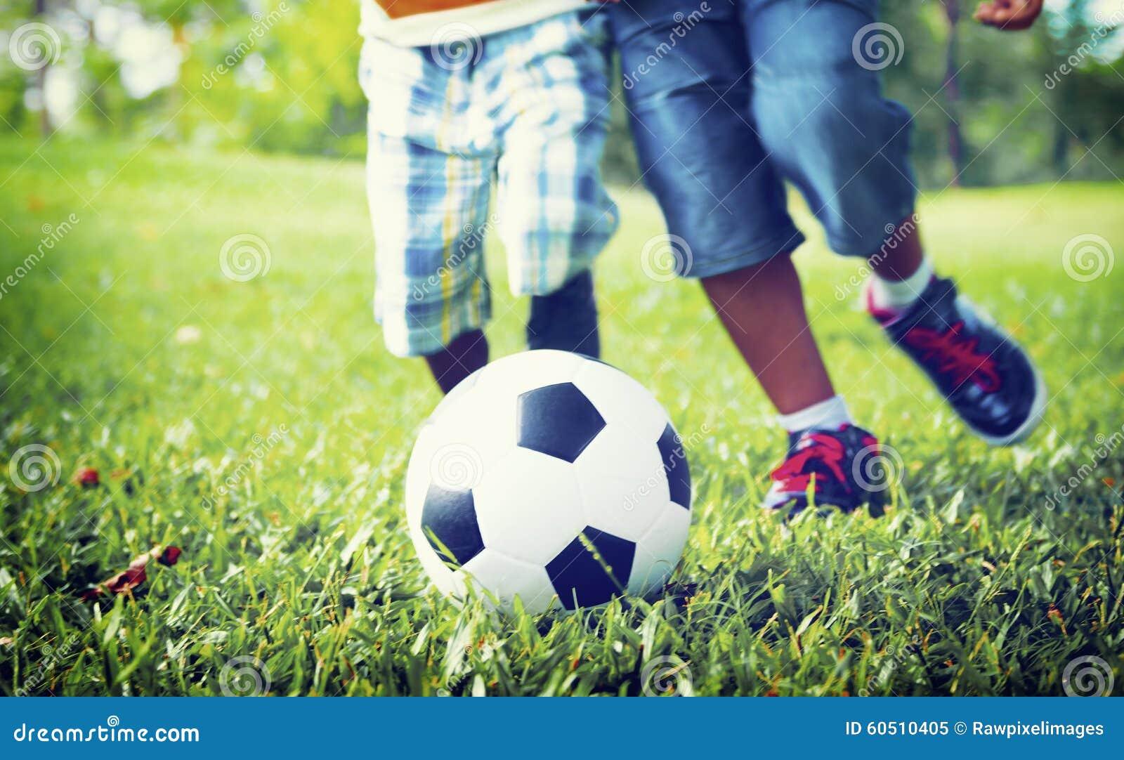 Conceito africano de Playing Football Outdoors do irmão