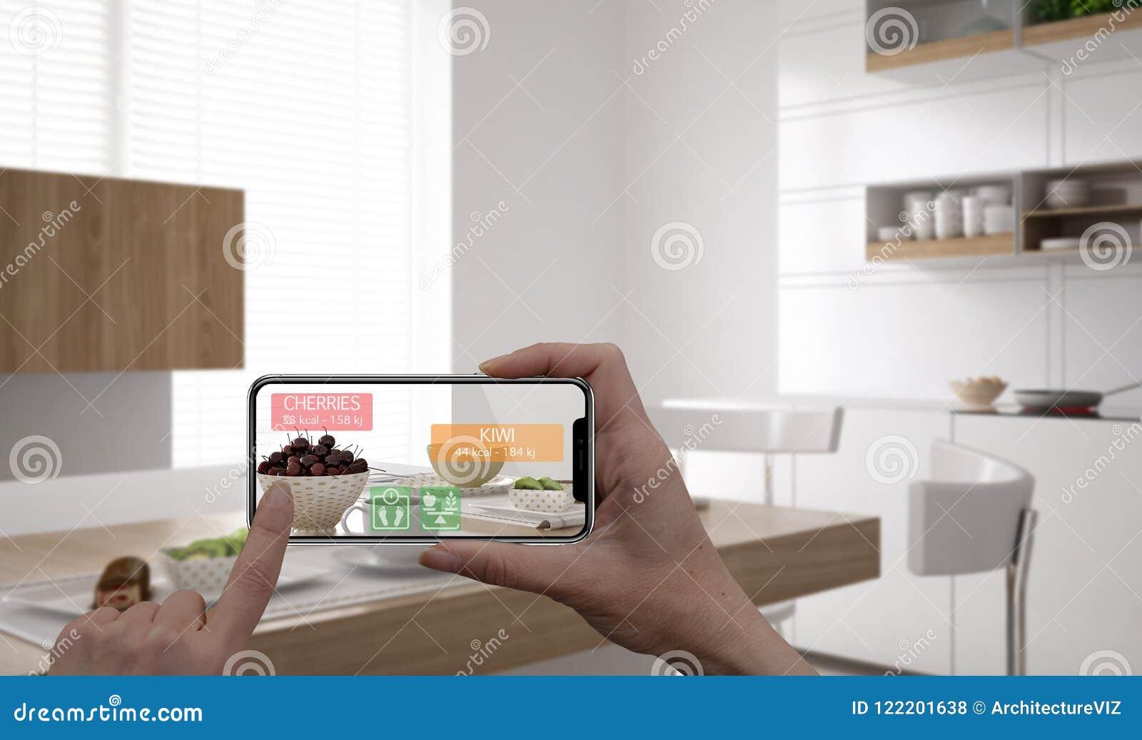 Conceito aumentado da realidade Mão que guarda a aplicação esperta da AR do uso do telefone da tabuleta digital para verificar a
