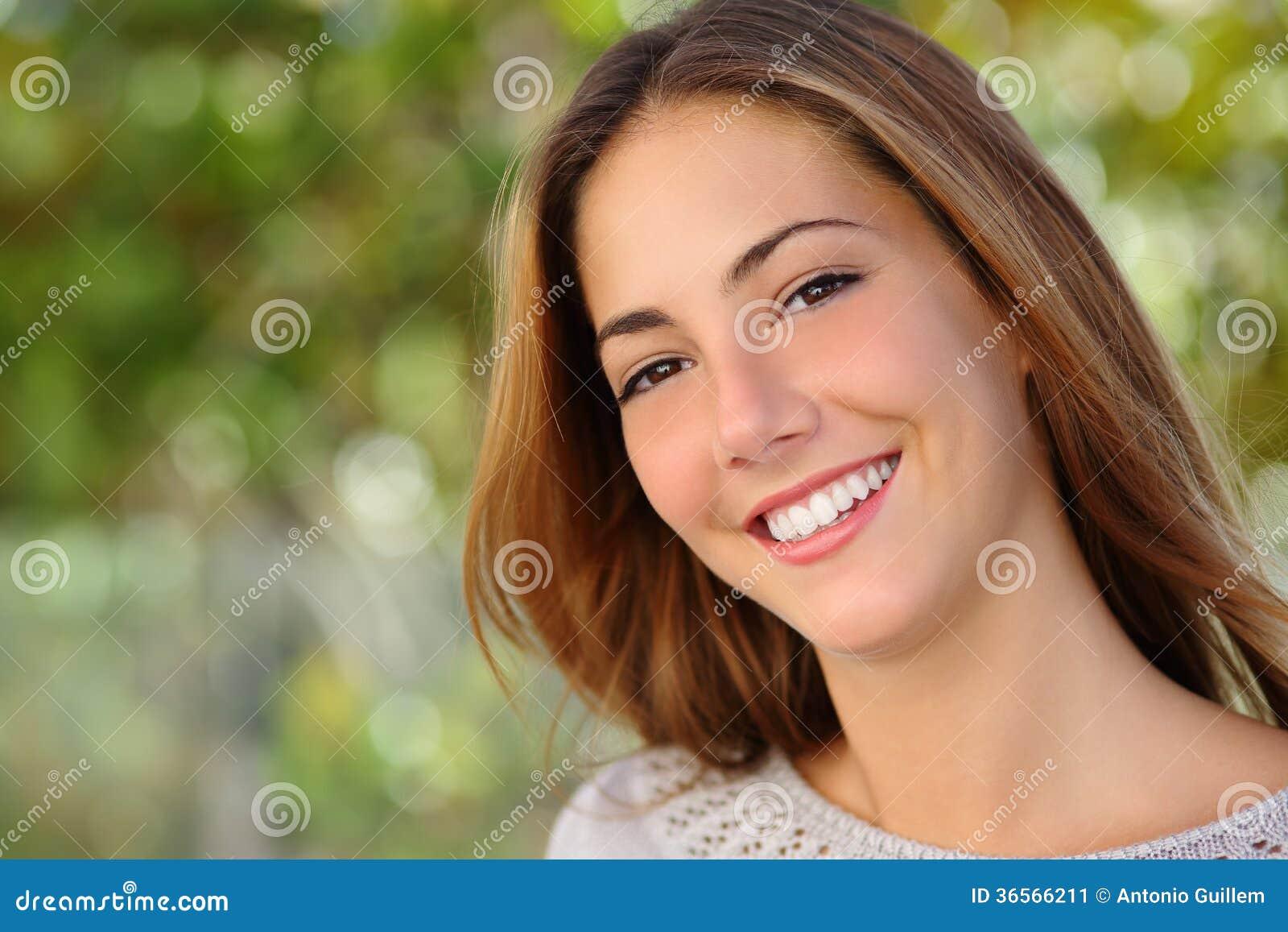 Conceito bonito dos cuidados dentários do sorriso da mulher branca