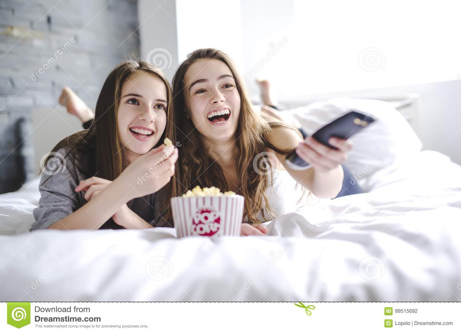 Conceito da amizade, dos povos, do partido de pijama, do entretenimento e da comida lixo