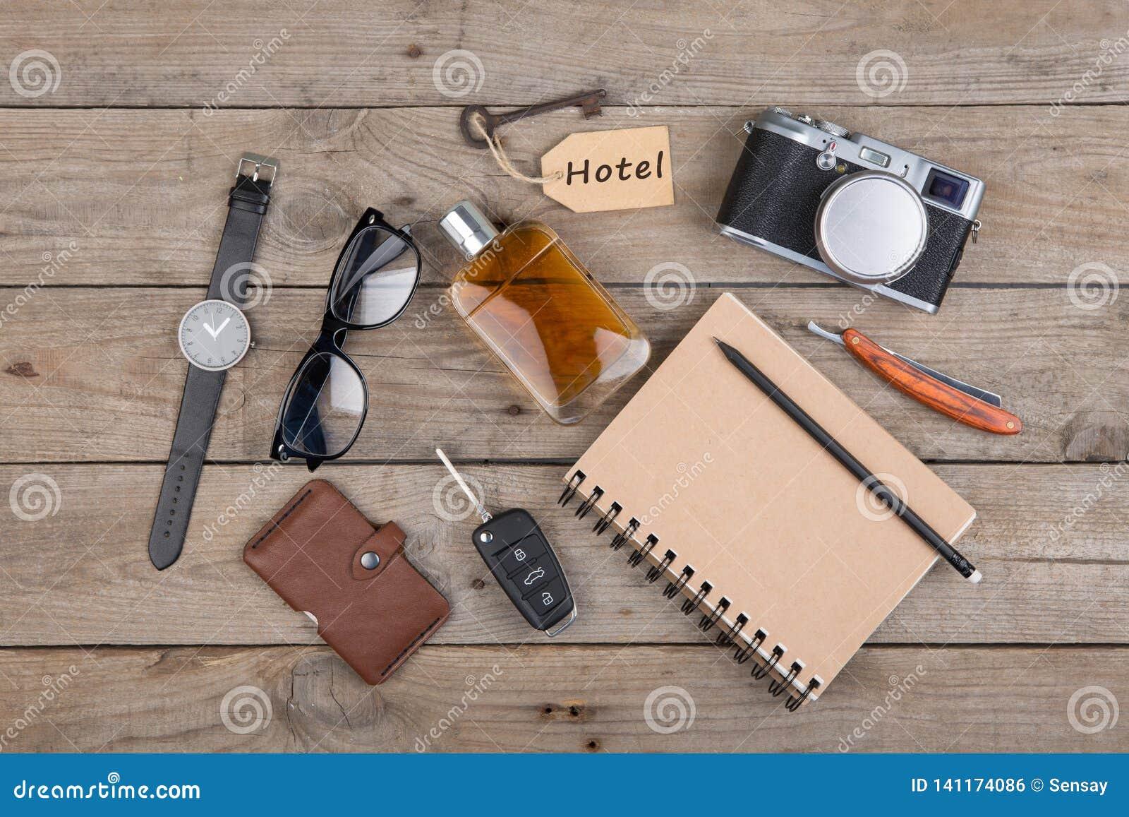 Conceito da aventura - câmera, bloco de notas e o outro material para o curso