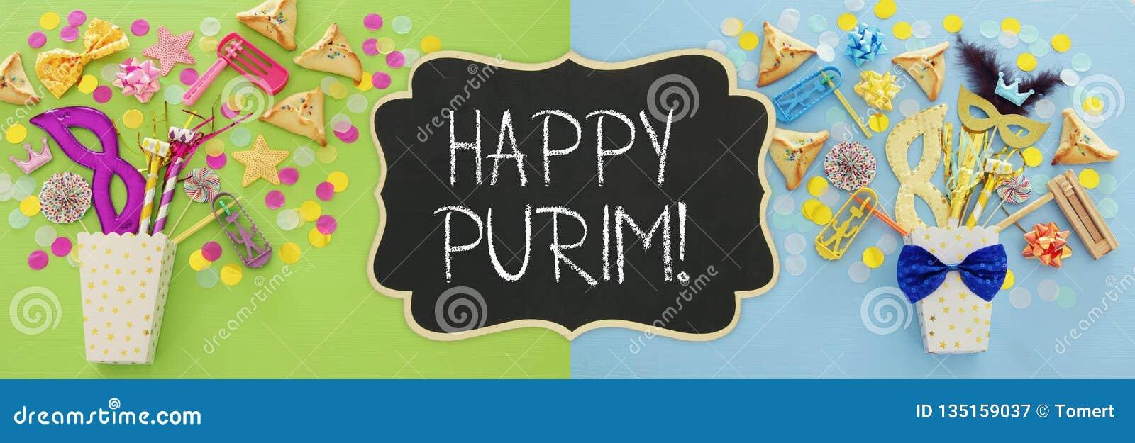 Conceito da celebração de Purim & x28; holiday& judaico x29 do carnaval; sobre o fundo de madeira azul Vista superior