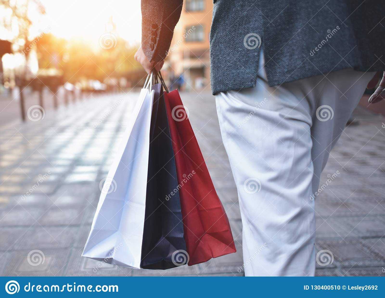 Conceito da compra do homem e dos sacos guardar, imagens do close up Feche acima dos sacos de compras de papel na mão masculina