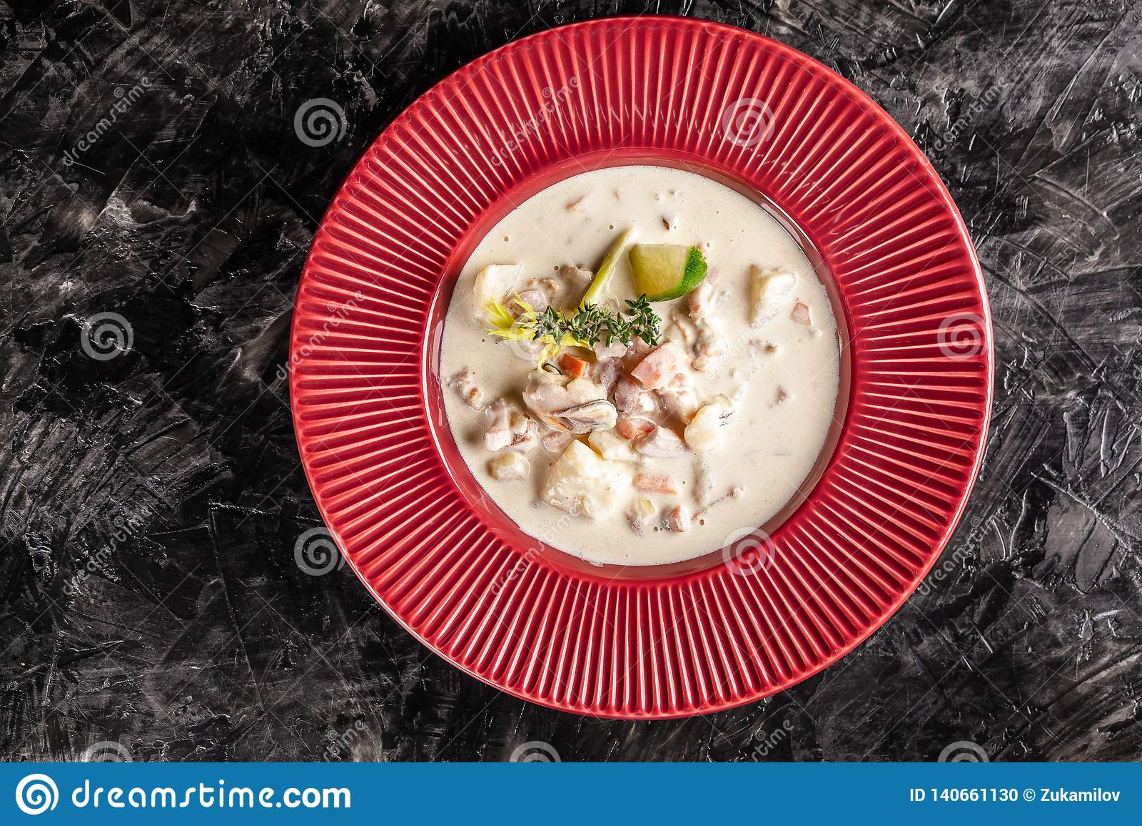 Conceito da culinária americana Sopa de batata da clam chowder com alimento de mar, mexilhões, salmões Sopa do caldo dos peixes c