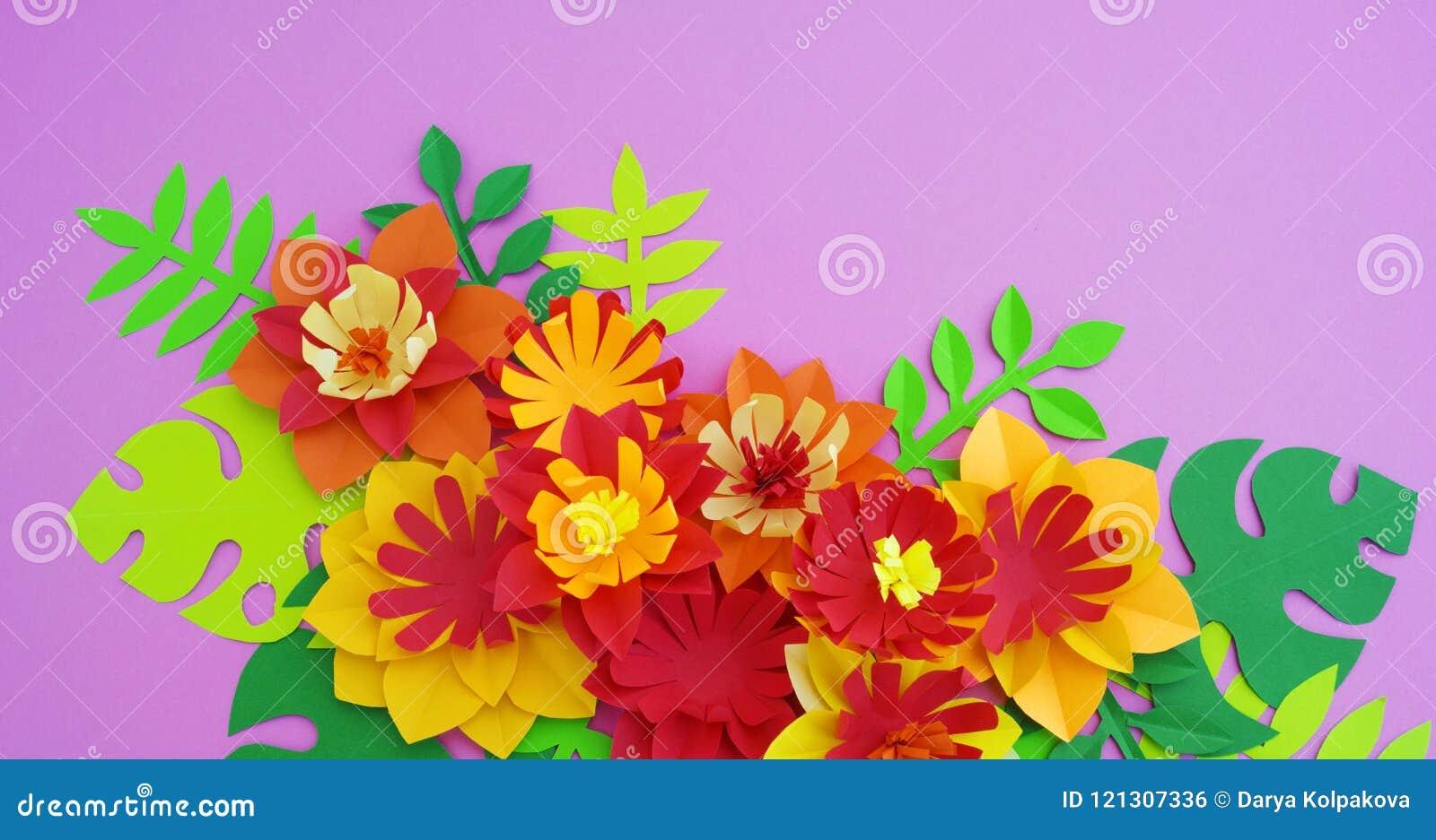 Conceito da decoração da flor do ofício de papel Flores e folhas feitas do papel