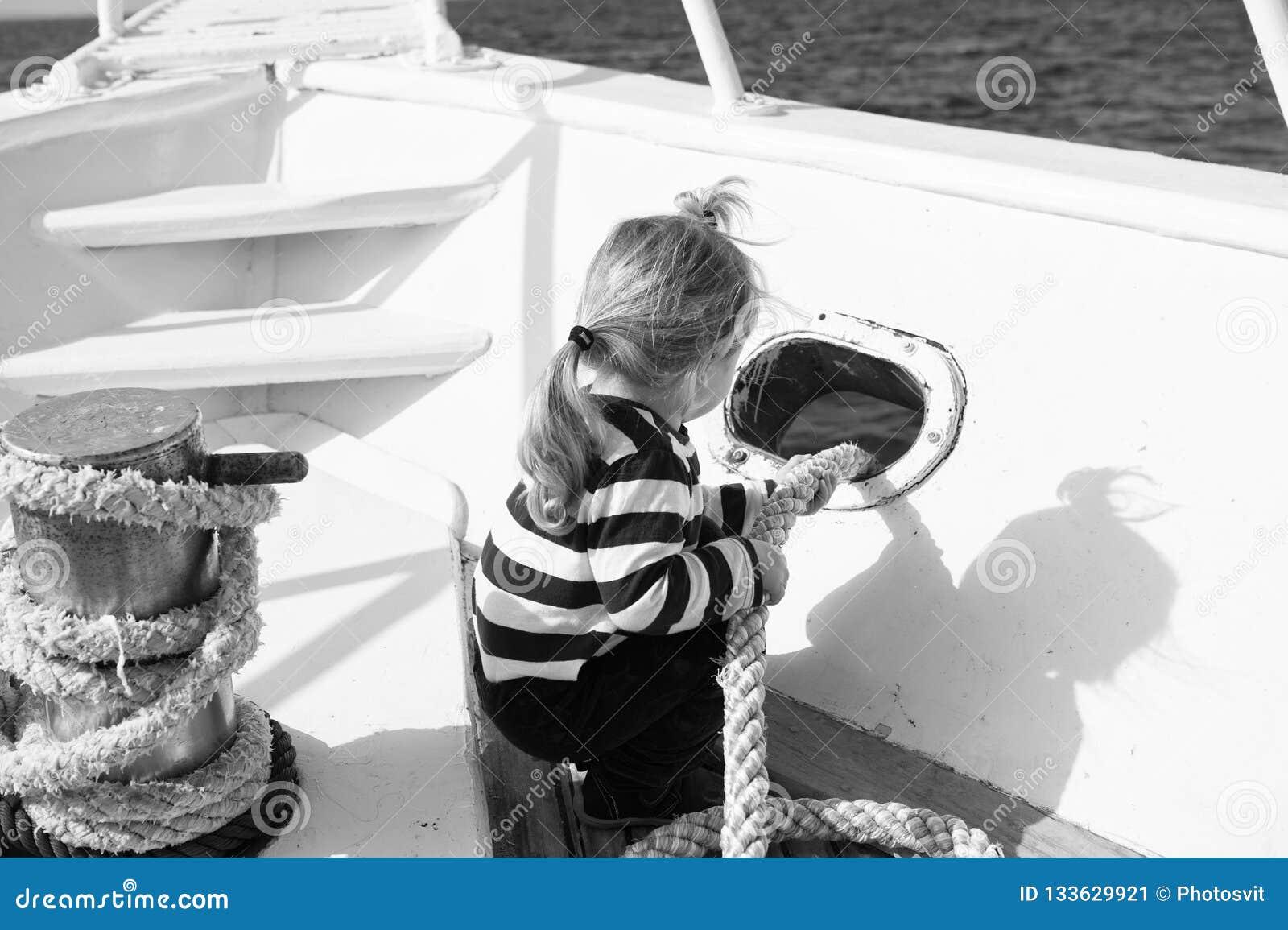 Conceito da descoberta A criança pequena aprecia o curso de mar no navio, descoberta Descoberta nova Lançamento para fora em uma