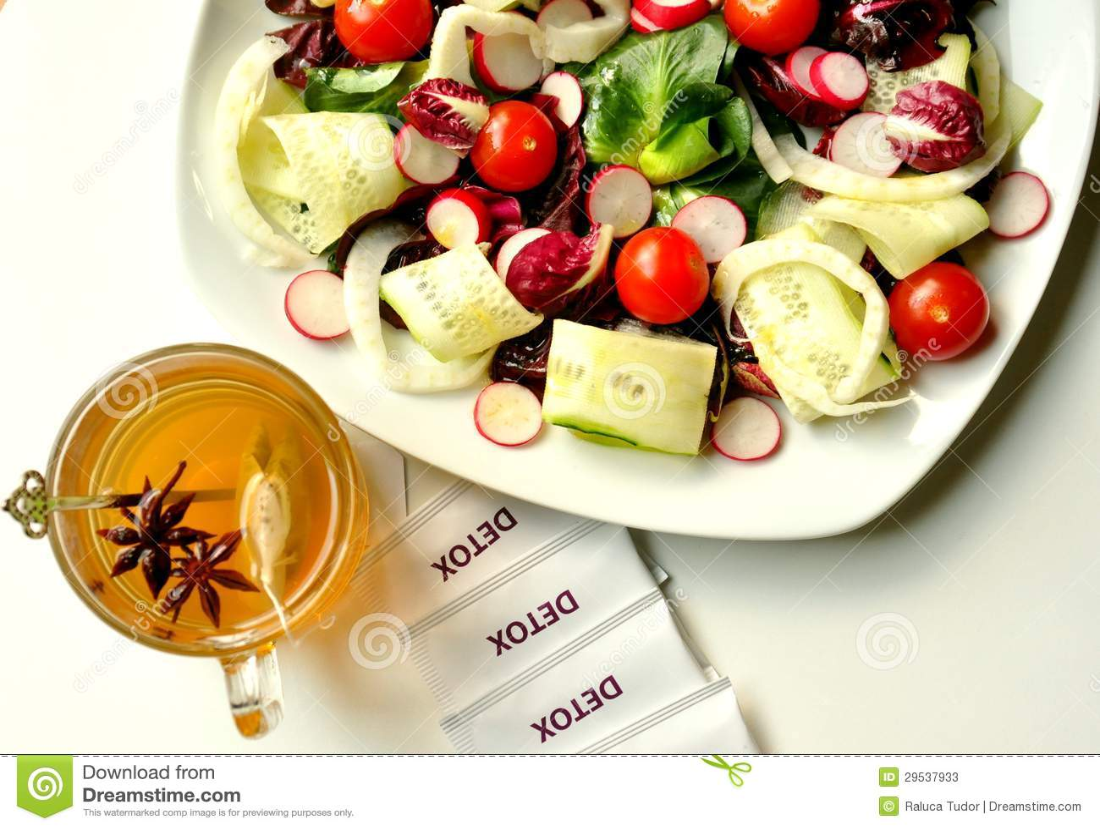 Conceito da desintoxicação com salada e tisana do vegan