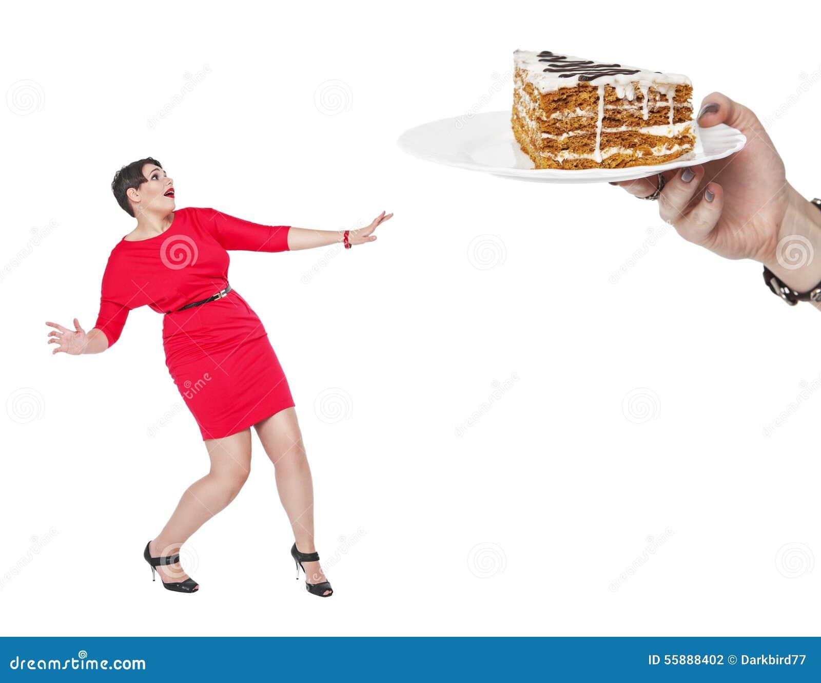 Conceito da dieta e da nutrição Bolo receoso da mulher positiva do tamanho