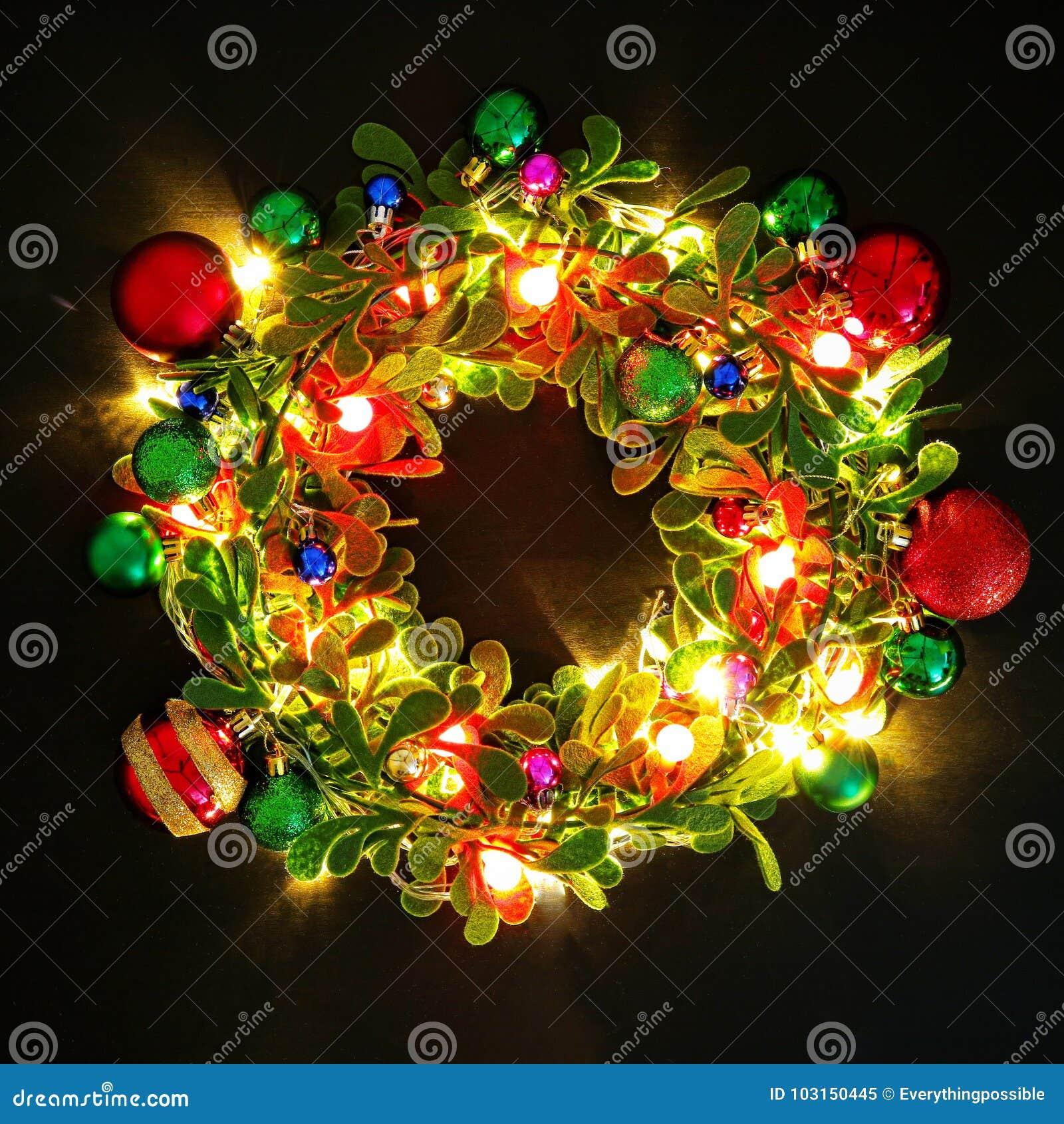 Conceito da estação do cumprimento Grinalda do Natal com luz decorativa o
