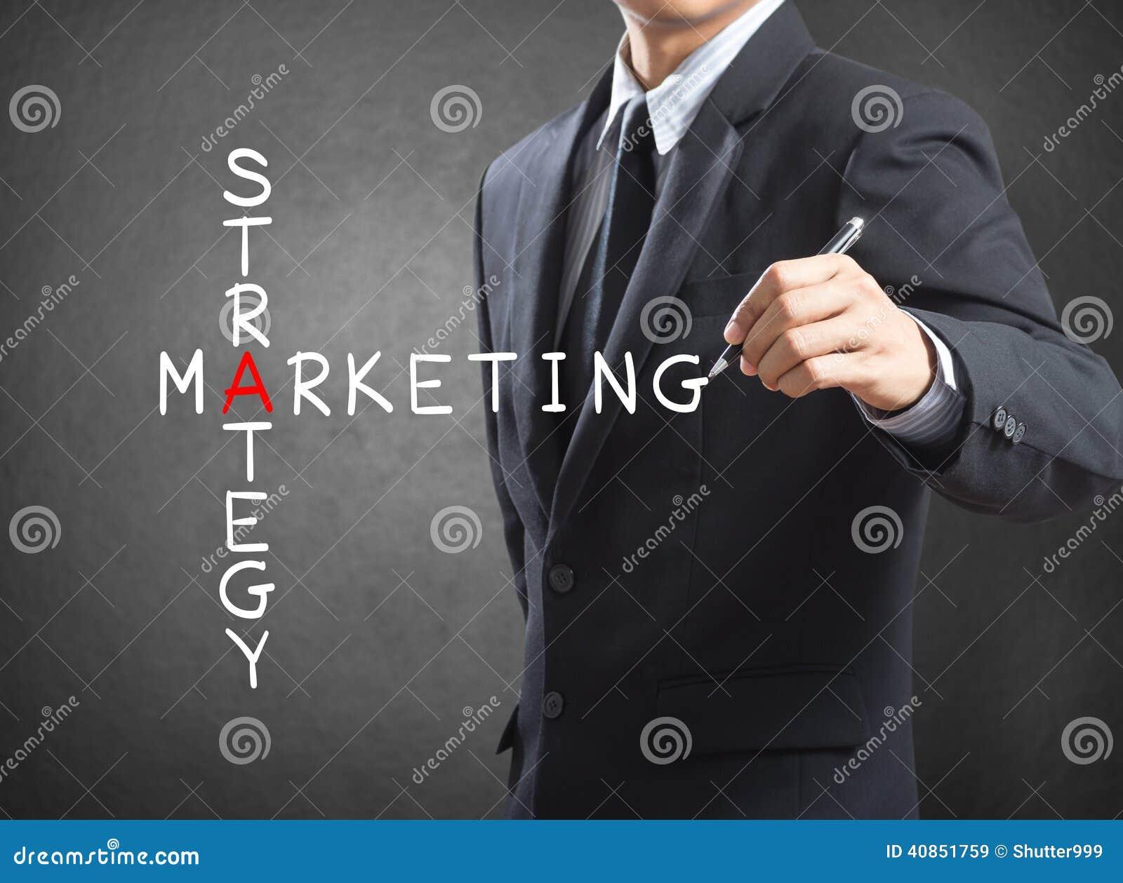 Conceito da estratégia de marketing da escrita do homem de negócio