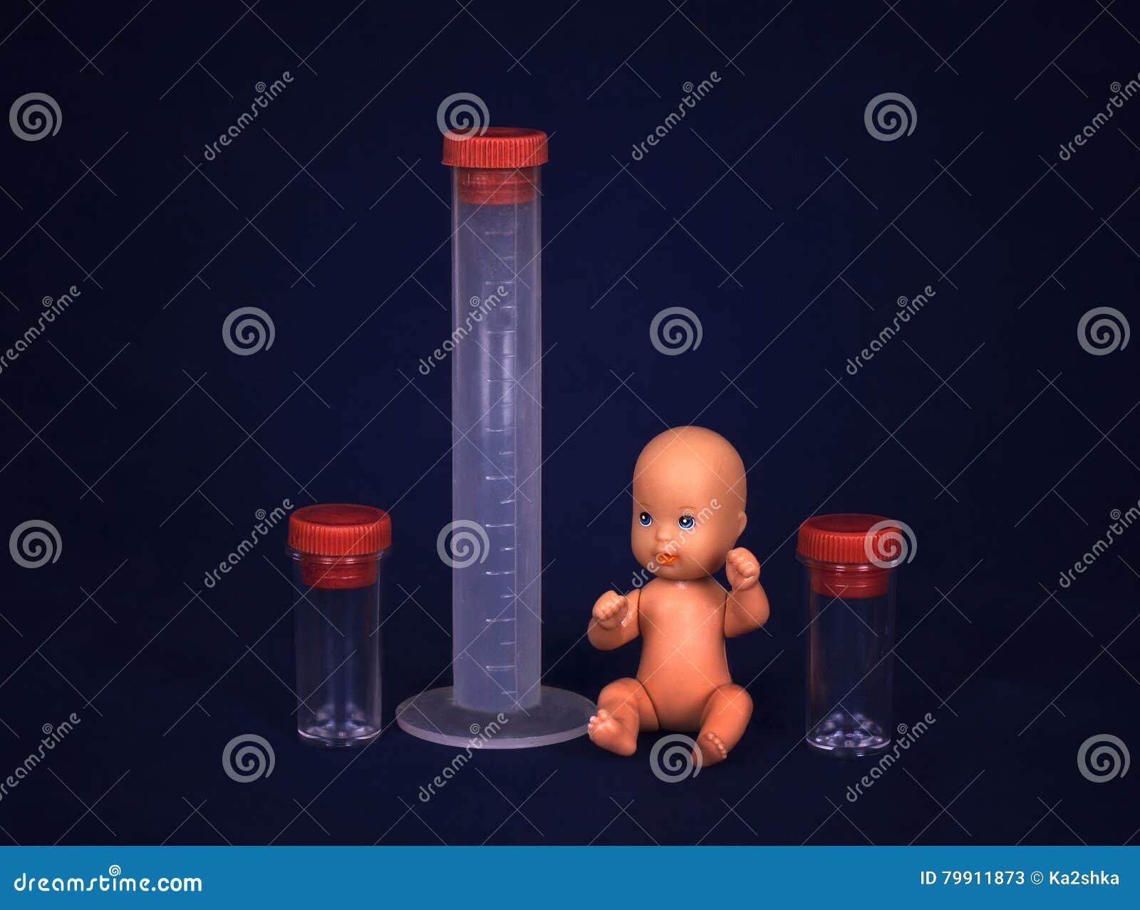 Conceito da fecundação de vitro - bebê e tubo de ensaio