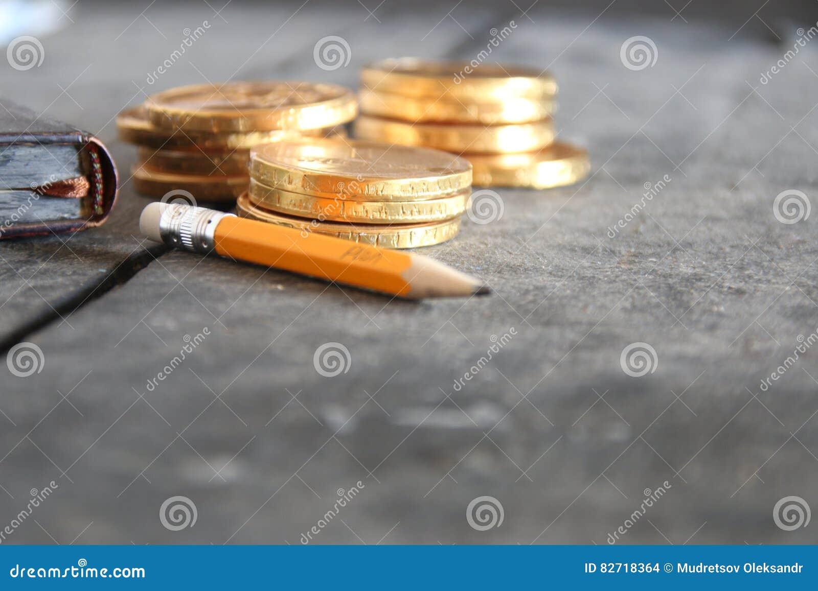 Conceito da ideia do negócio Lápis com texto e dinheiro