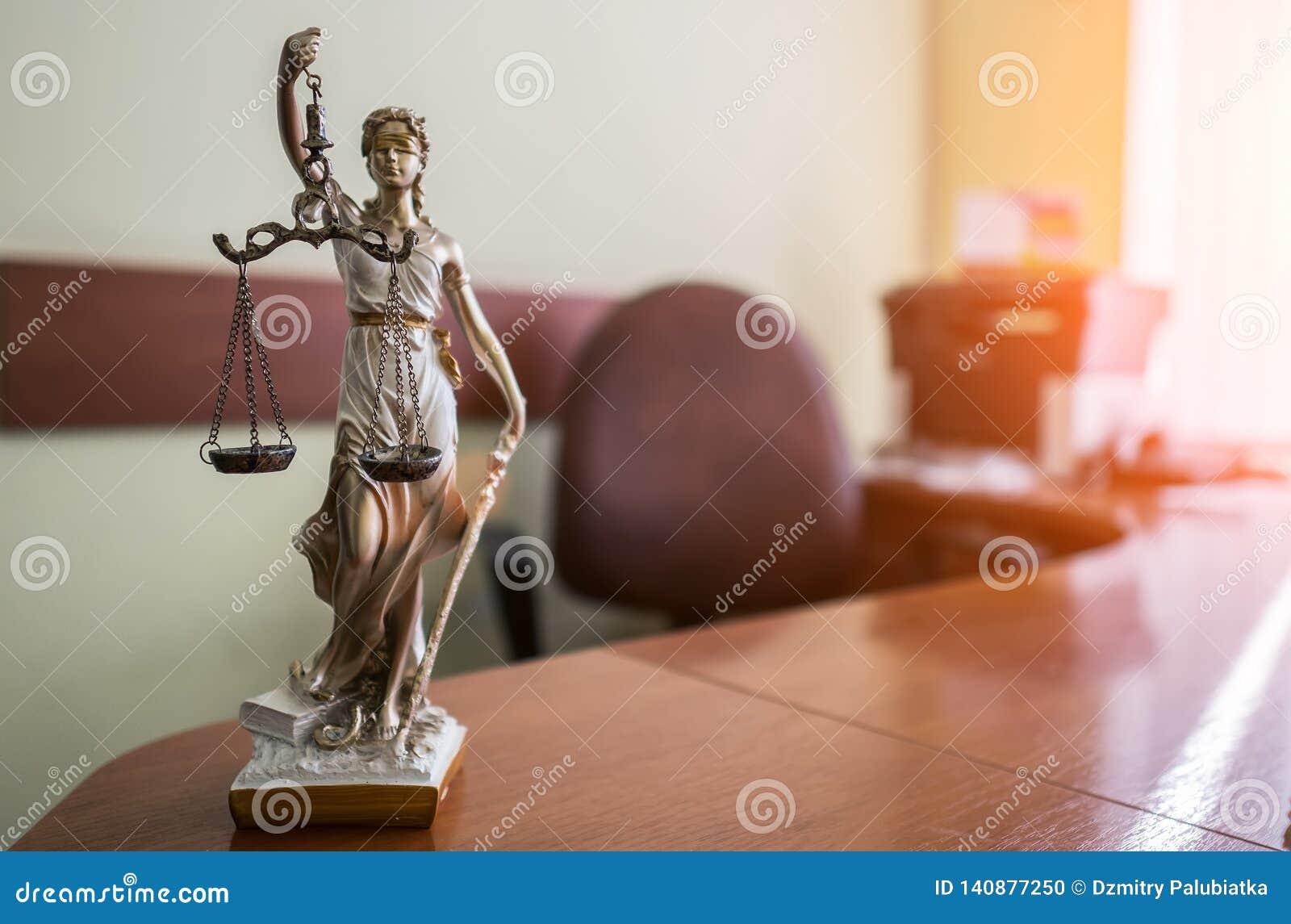 Conceito da lei e da justiça Malho do juiz, livros, escalas de justiça Tema da sala do tribunal