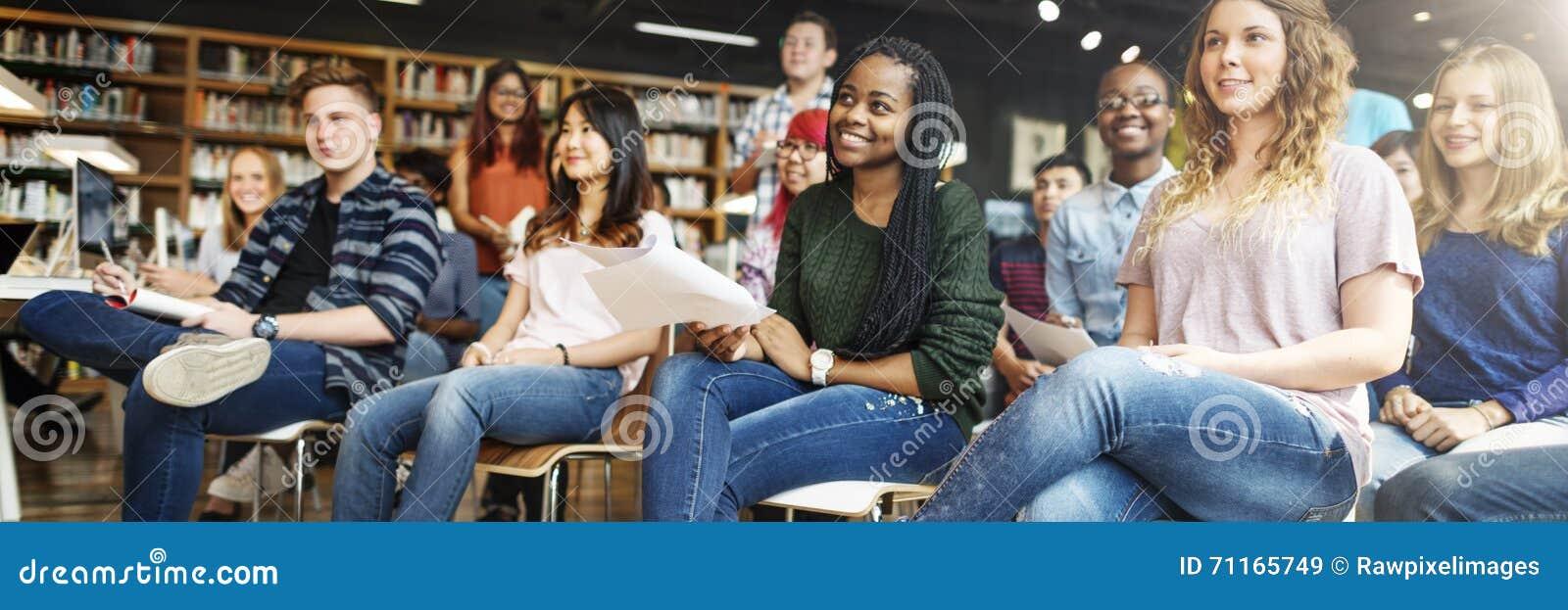 Conceito da leitura de Study Classmate Classroom do estudante