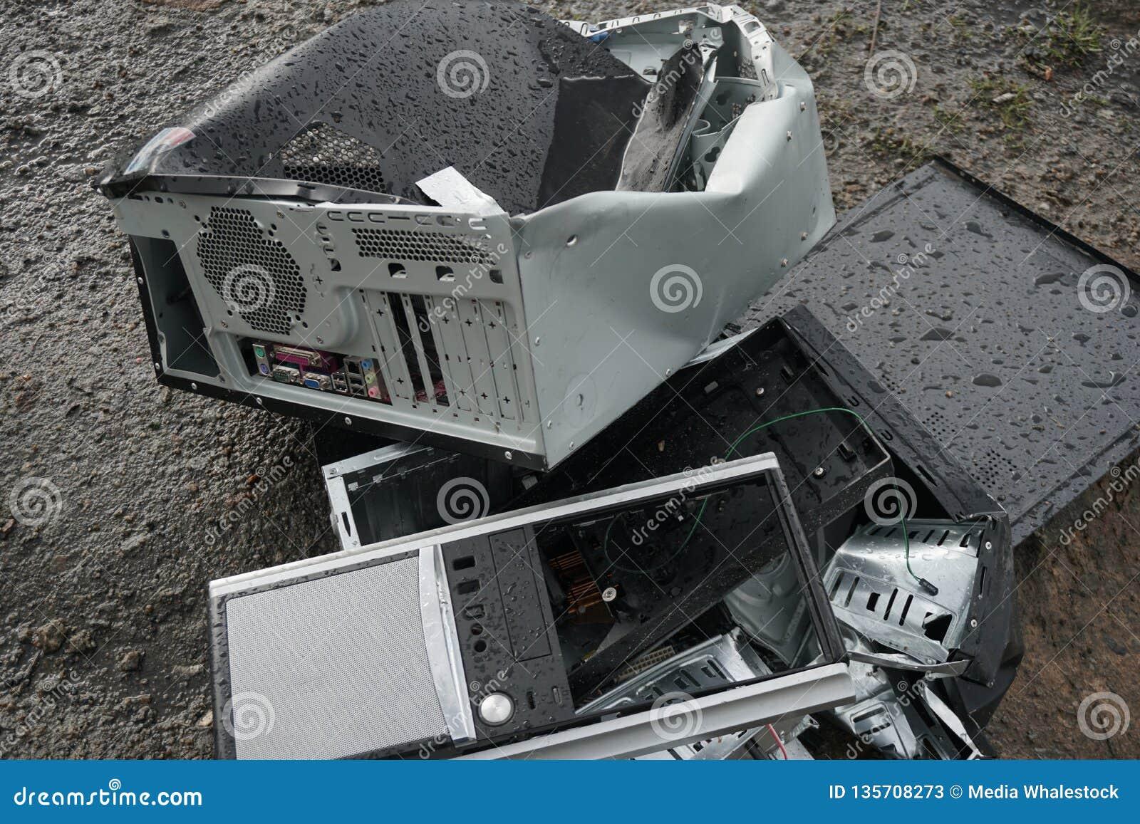 Conceito da liberdade do apego do computador - o homem quebra a unidade de sistema de um computador com um hummer fora, lago com
