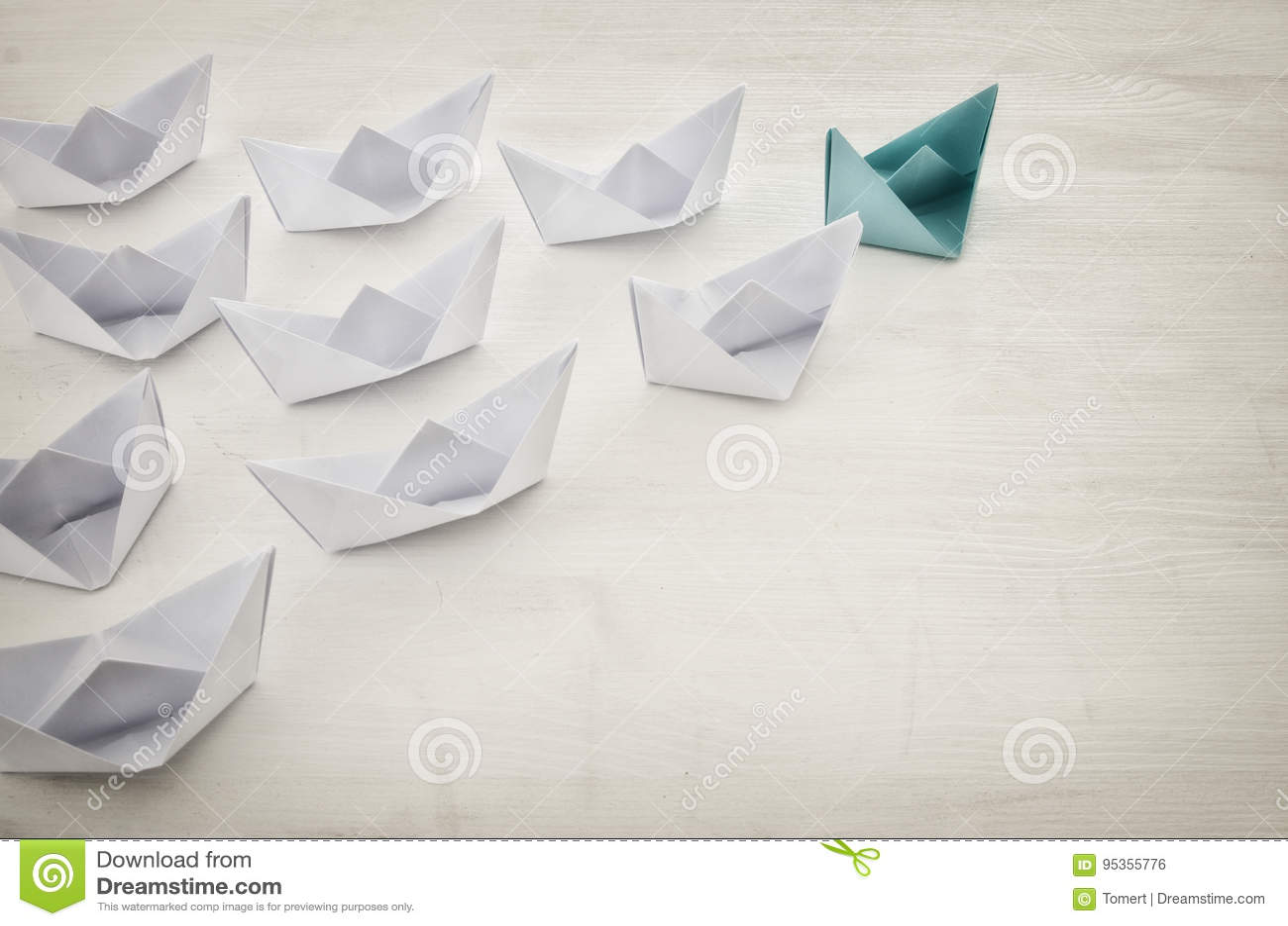 Conceito da liderança, seguidores principais do barco do papel verde