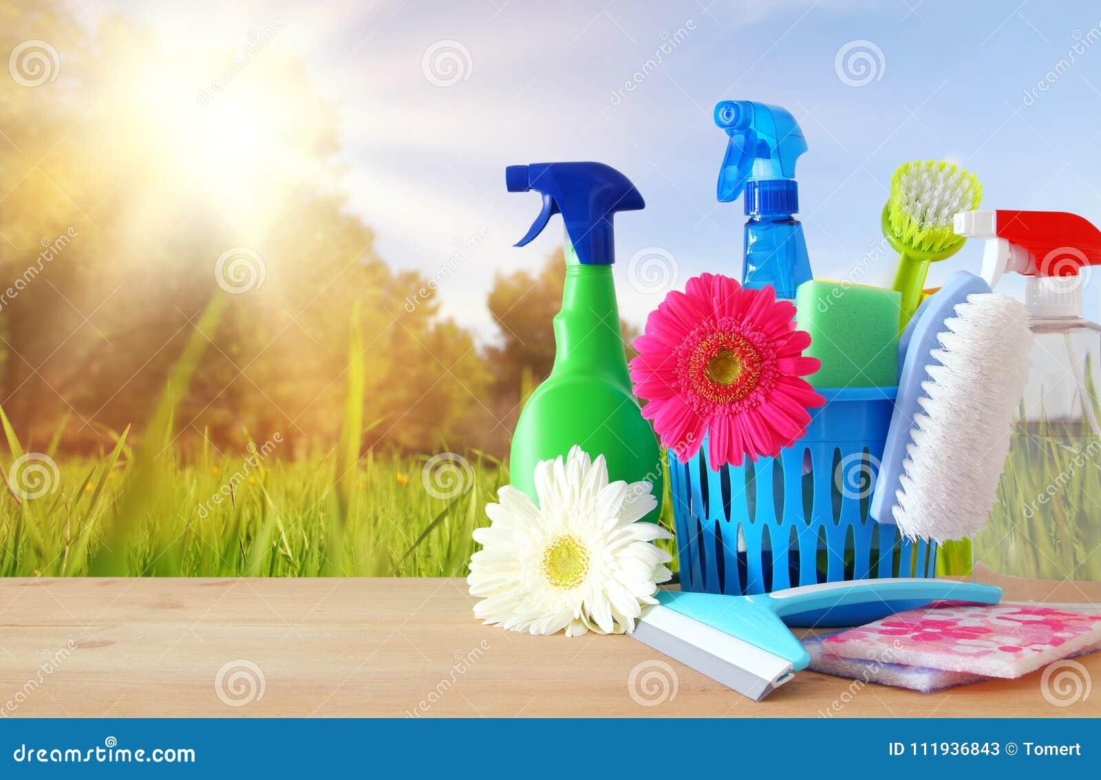 Conceito da limpeza da primavera com fontes na tabela de madeira