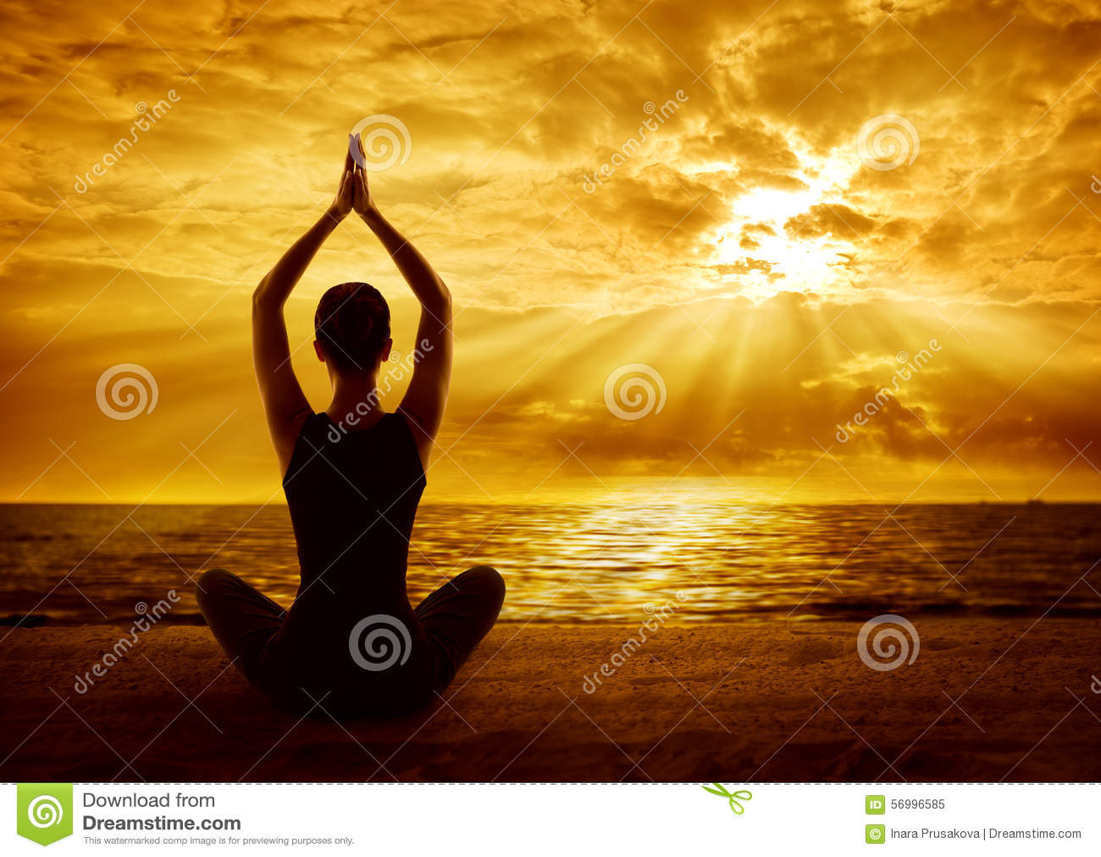 Conceito da meditação da ioga, meditar saudável da silhueta da mulher