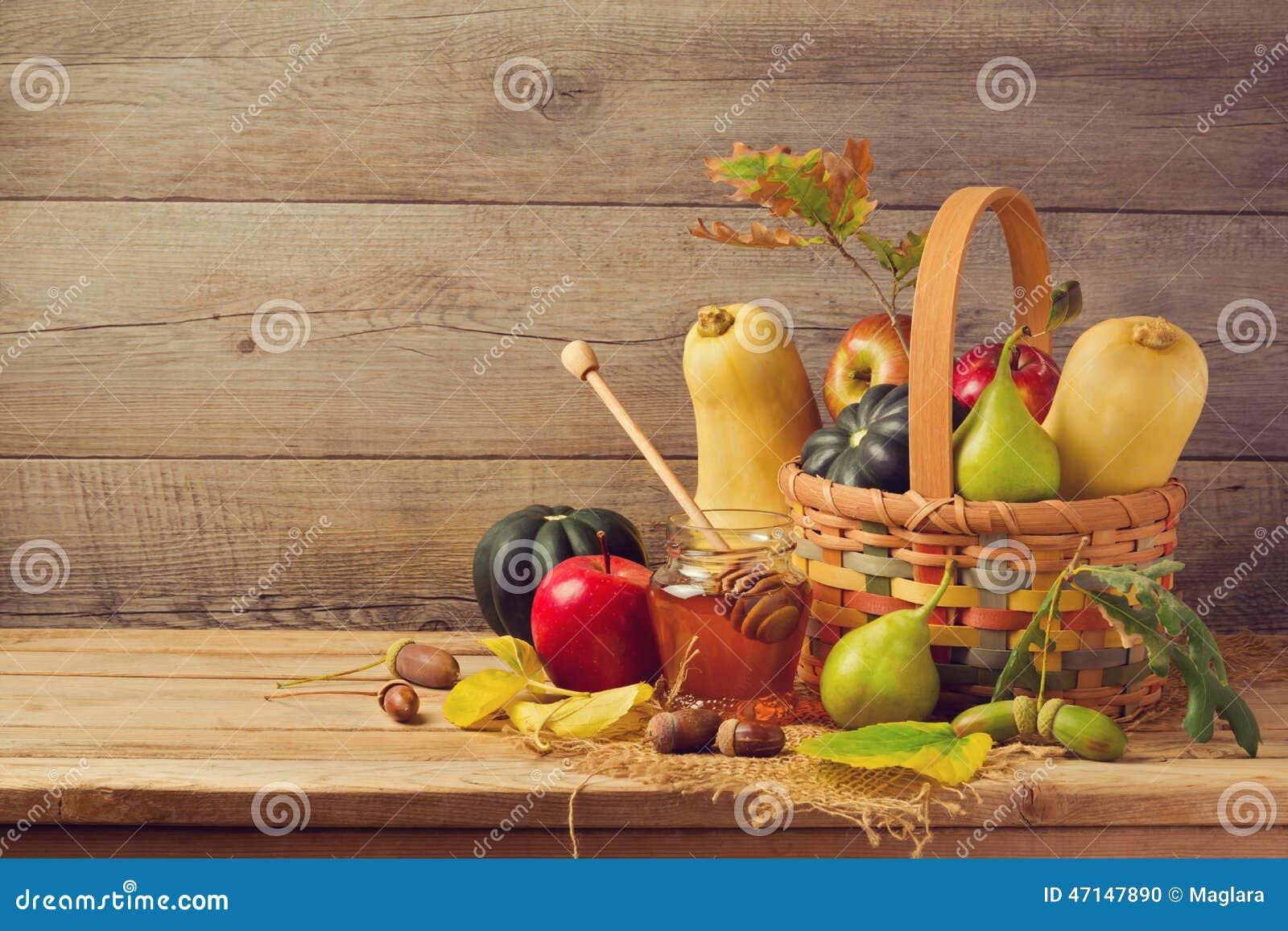 Conceito da natureza do outono Frutos e abóbora da queda na tabela de madeira Comensal da ação de graças