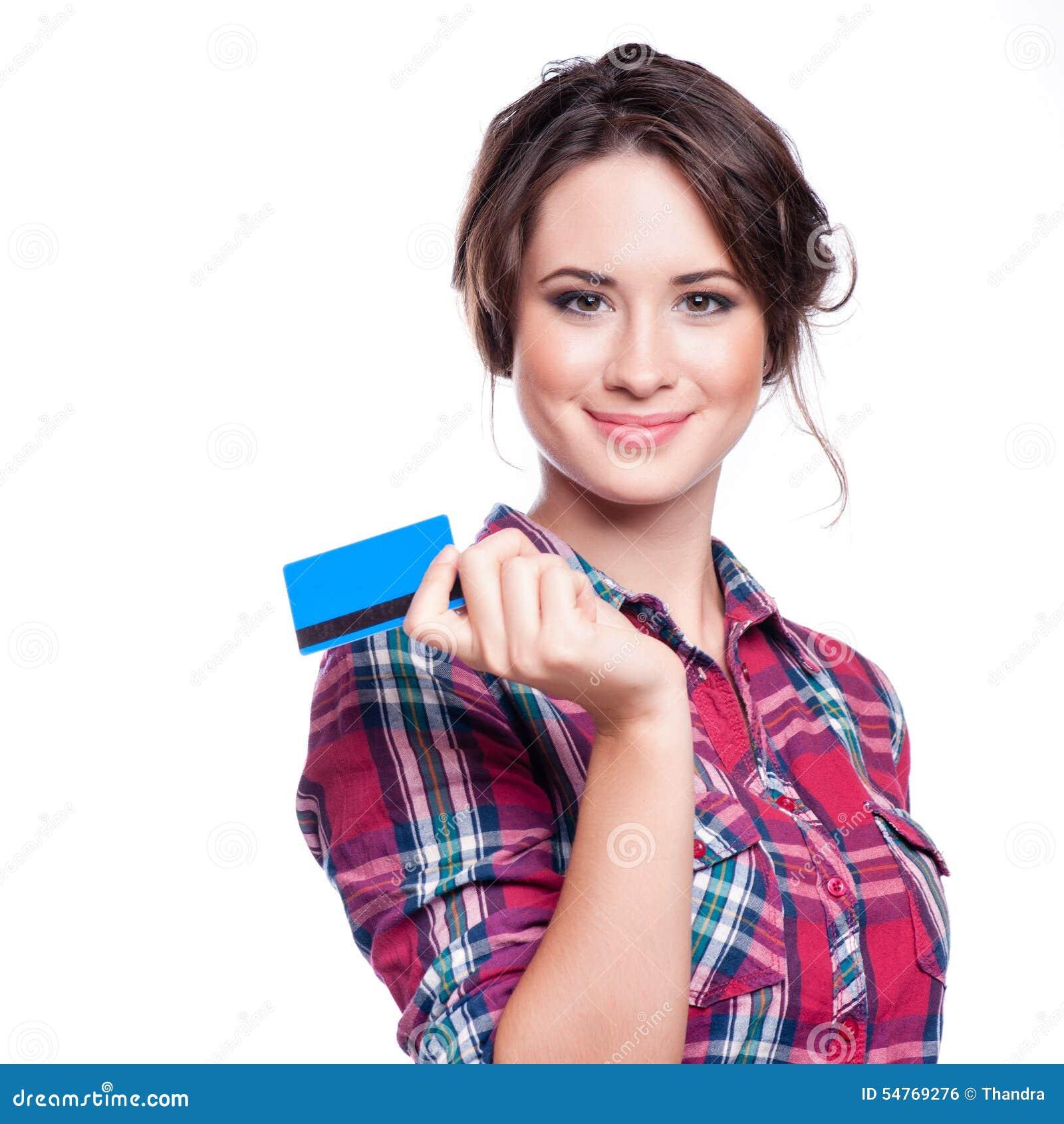 Conceito da operação bancária e do pagamento - mulher elegante de sorriso com o cartão de crédito plástico