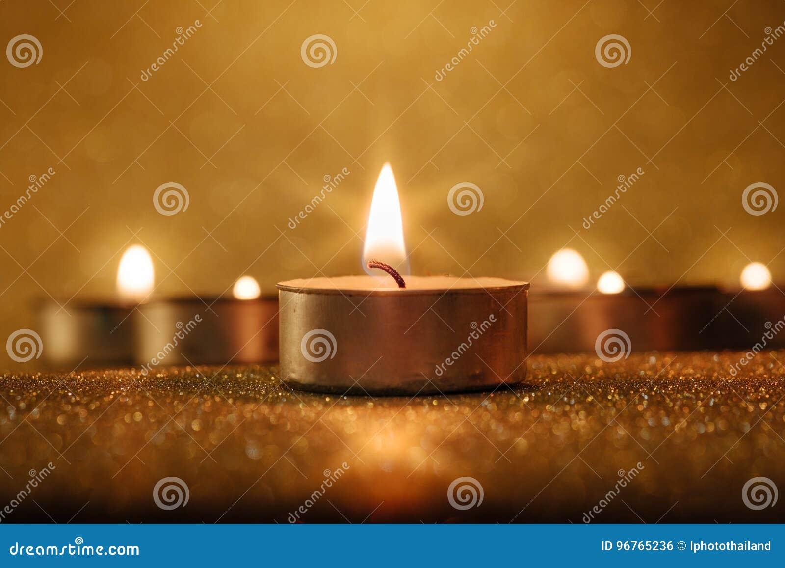 Conceito da oração e da esperança Luz retro da vela com efeito da luz