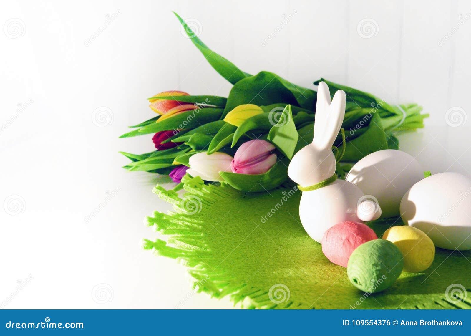 Conceito da Páscoa, tulipas da mola e coelho da porcelana