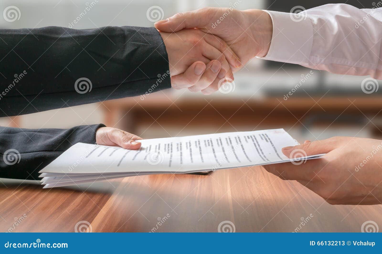 Conceito da parceria Homem e mulher de negócio que agitam as mãos e que passam o acordo