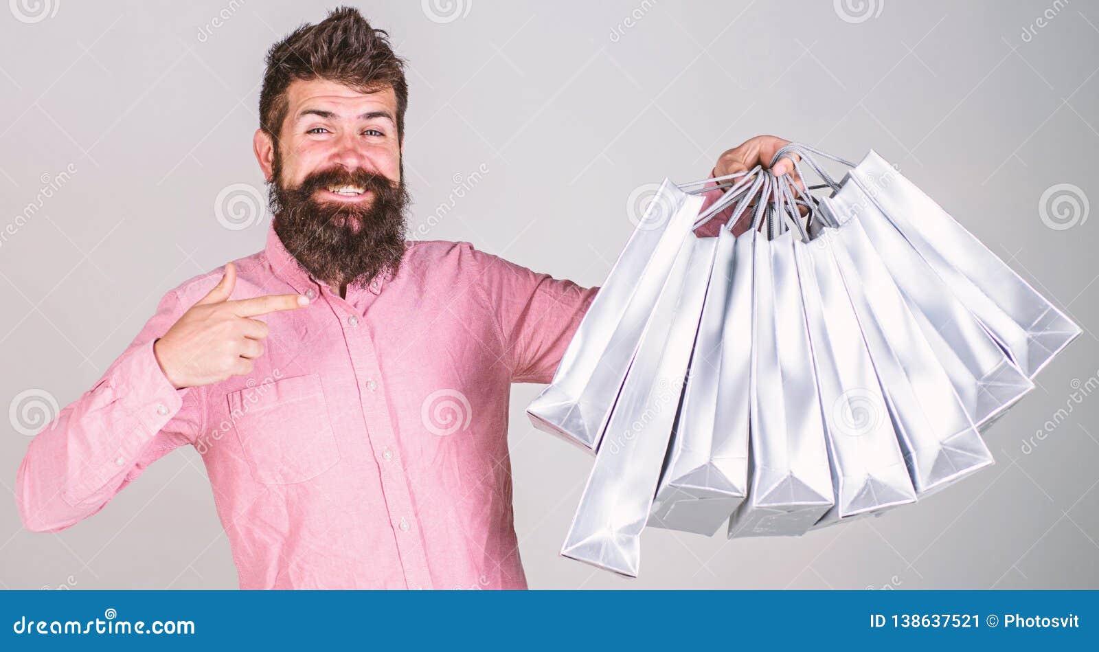 Conceito da recomendação Compra do indivíduo e apontar em sacos O homem com barba e bigode leva o grupo dos sacos de compras