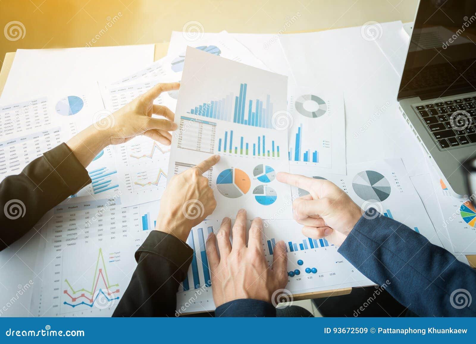 Conceito da reunião da equipe da análise de mercado Grupo novo do homem de negócios