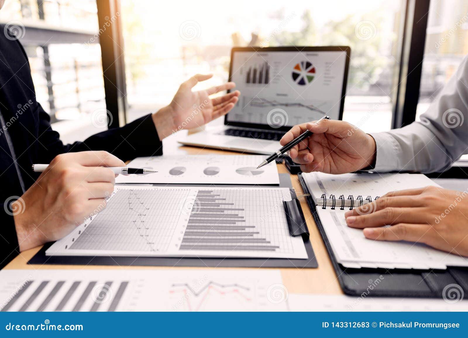 Conceito da reunião de empresa dos trabalhos de equipe, sócios comerciais que trabalham com o laptop que analisa junto o projeto