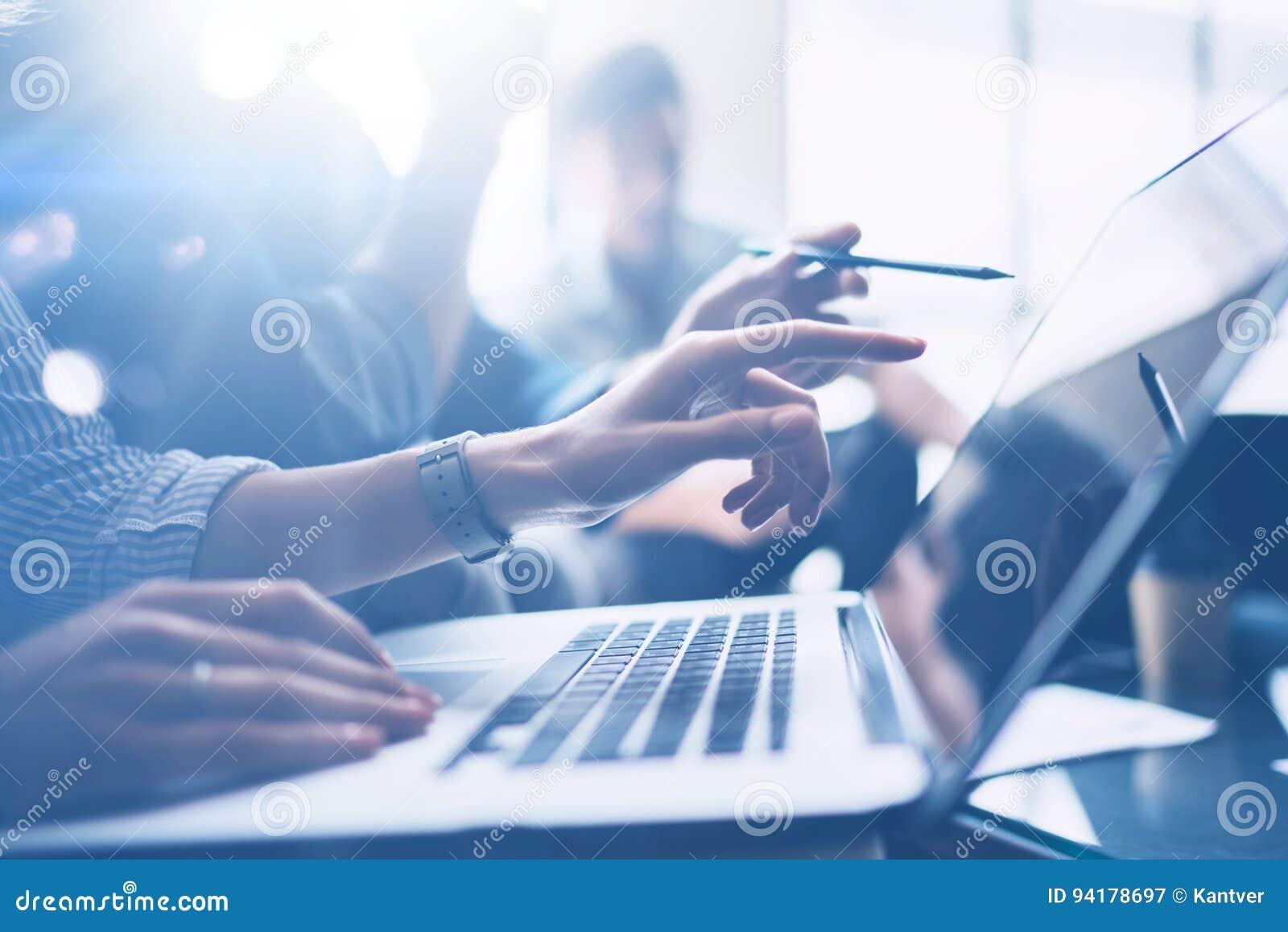 Conceito da reunião de negócio A opinião do close up os colegas de trabalho team o trabalho com o computador móvel no escritório