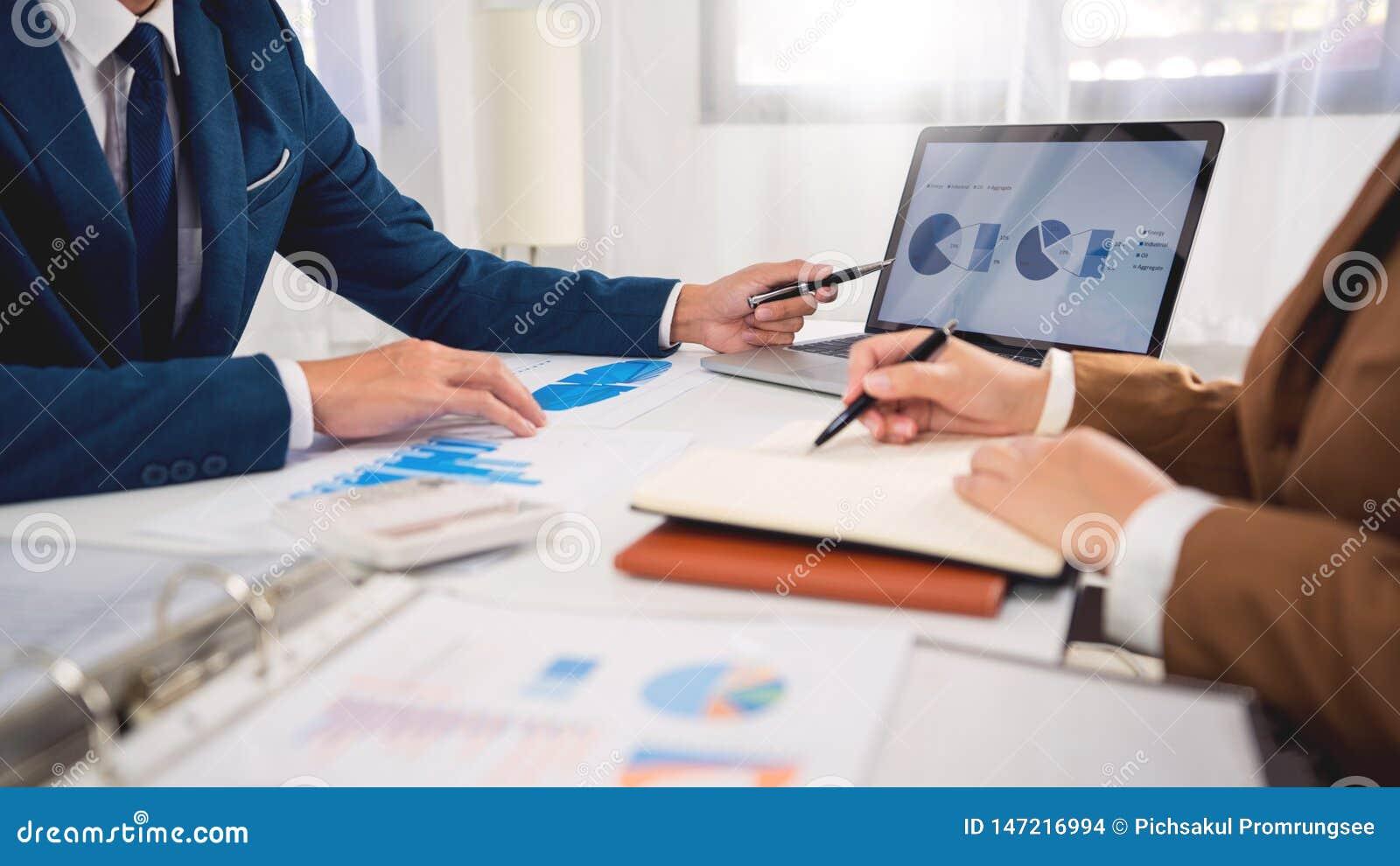 Conceito da reuni?o de empresa dos trabalhos de equipe, s?cios comerciais que trabalham com o laptop que analisa junto o projeto
