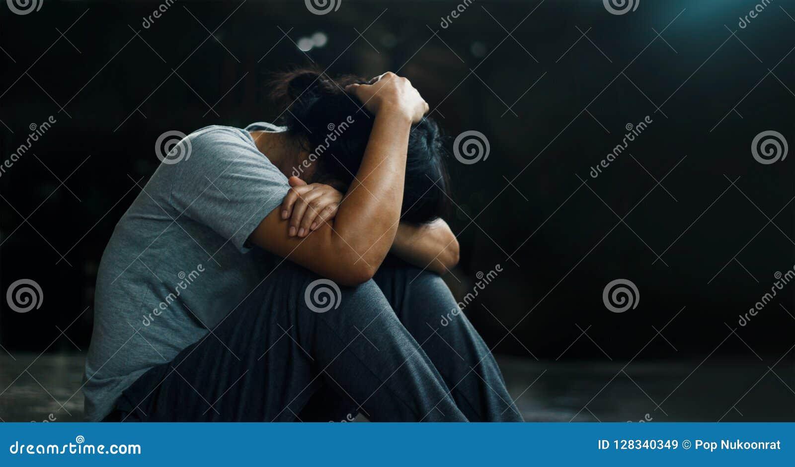 Conceito da saúde mental de PTSD Desordem traumático do esforço do cargo A mulher deprimida que senta-se apenas no assoalho no ba